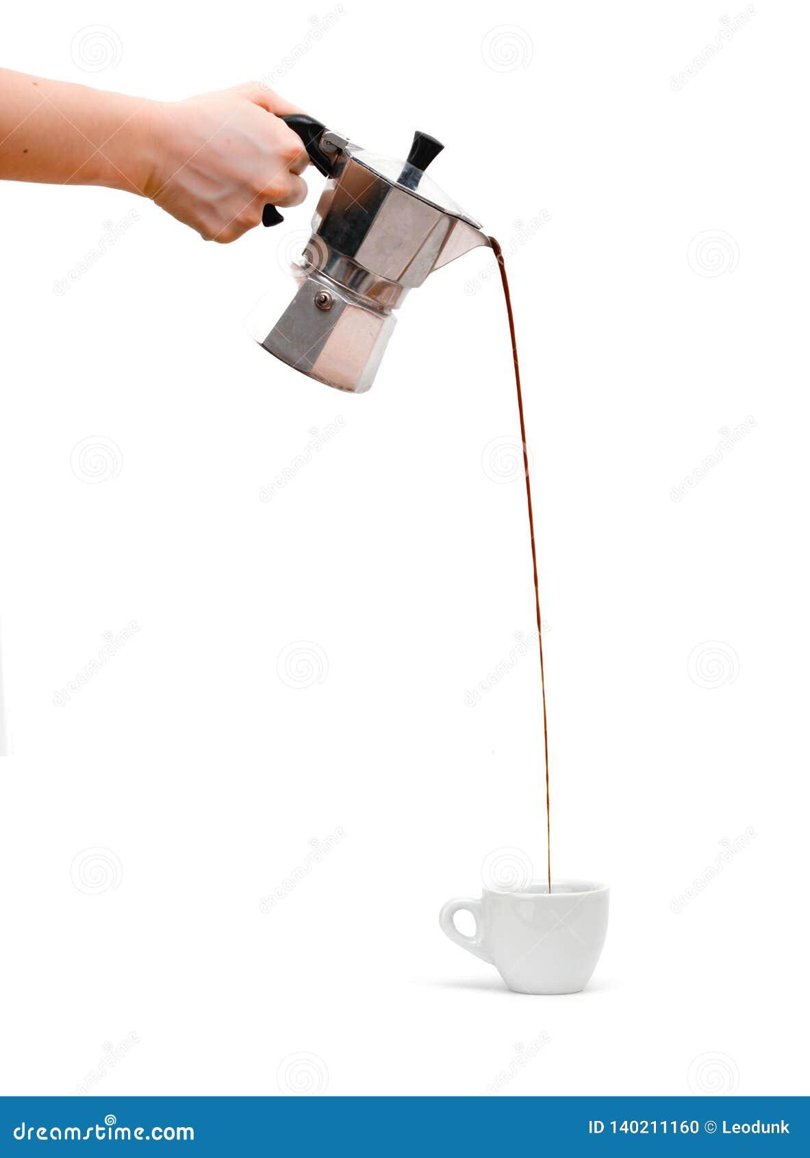Auslaufender Espresso von silbernem moka Topf zur Porzellanschale