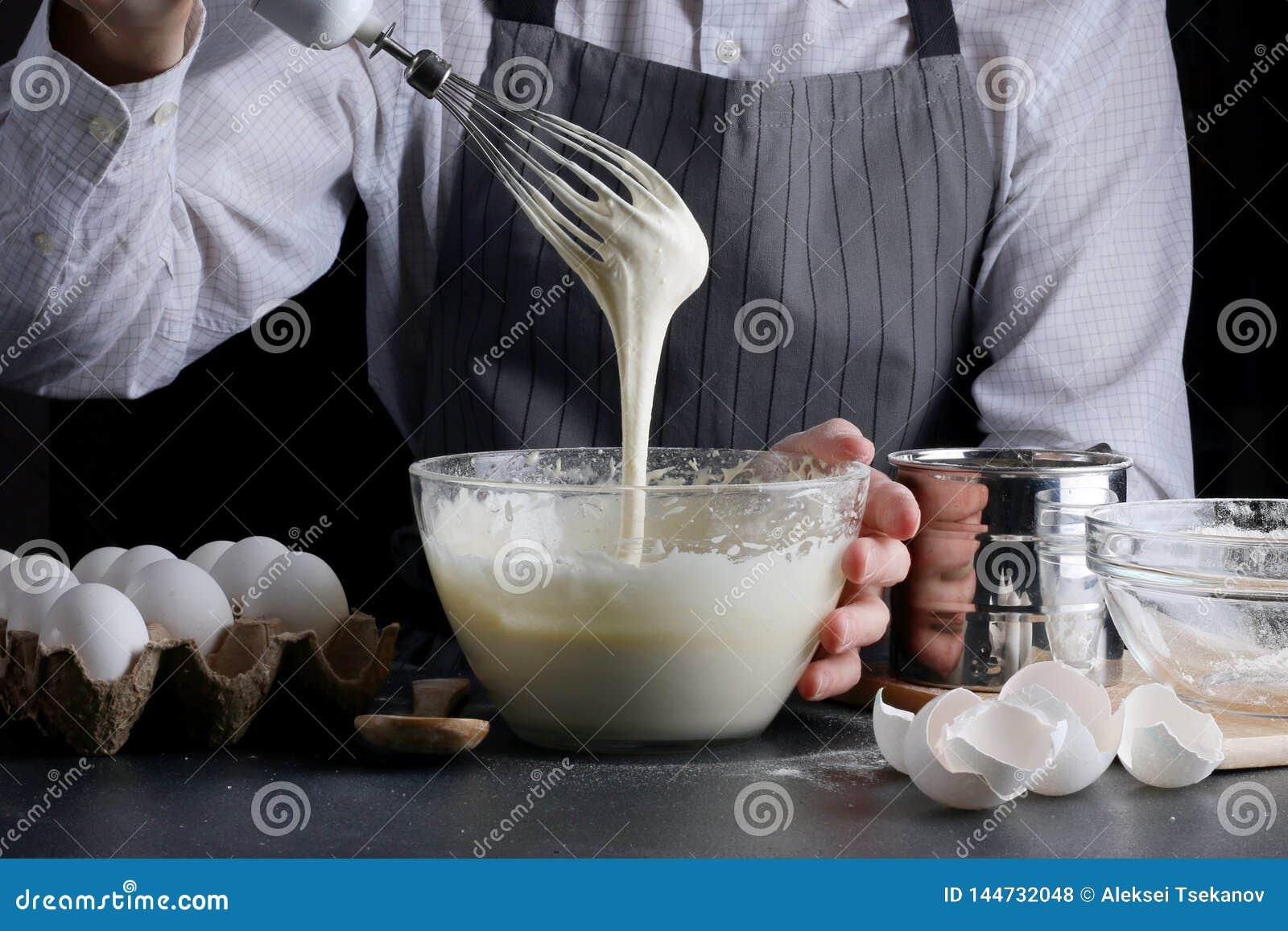 Auslaufender Teig des Mannes f?r Torte Kuchen, der Konzept macht