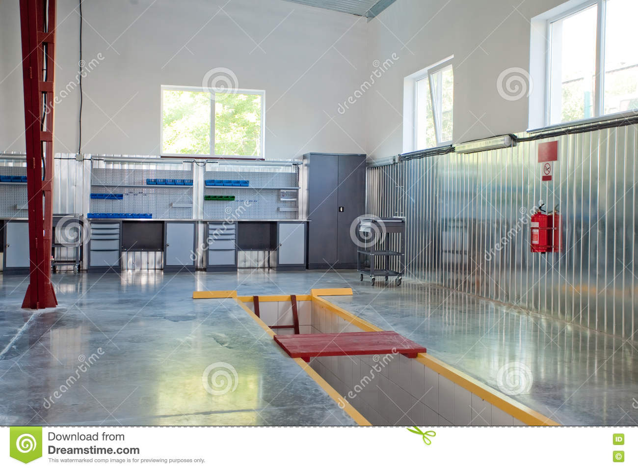 Auso service garage inspection pit stock photo image of for Garage diagnostic auto