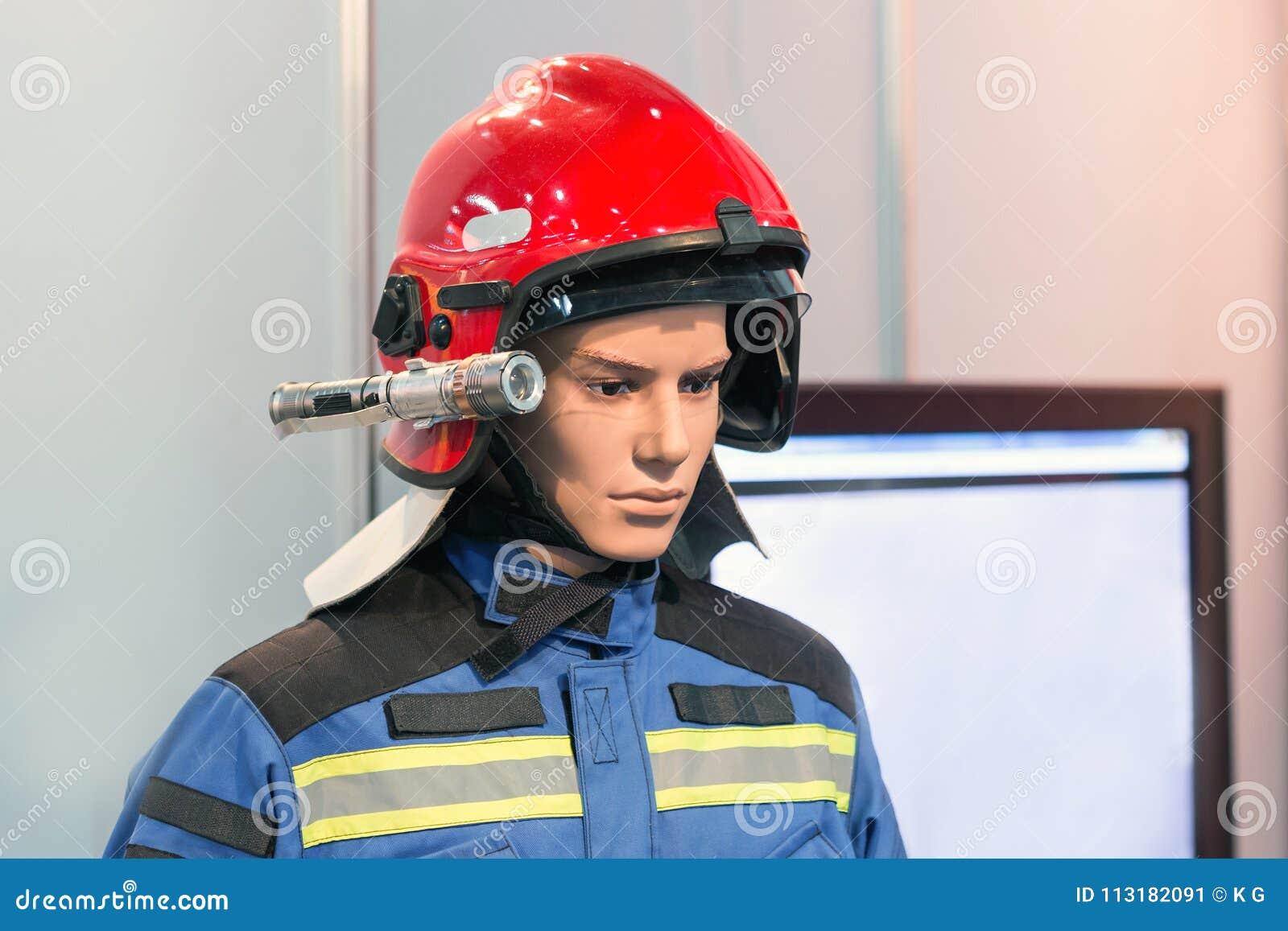Ausstellungsfeuerwehrmannattrappe im Feuerwehrmannsturzhelm und -uniform Schützende Rettungsabnutzung Helle Hauptfackel