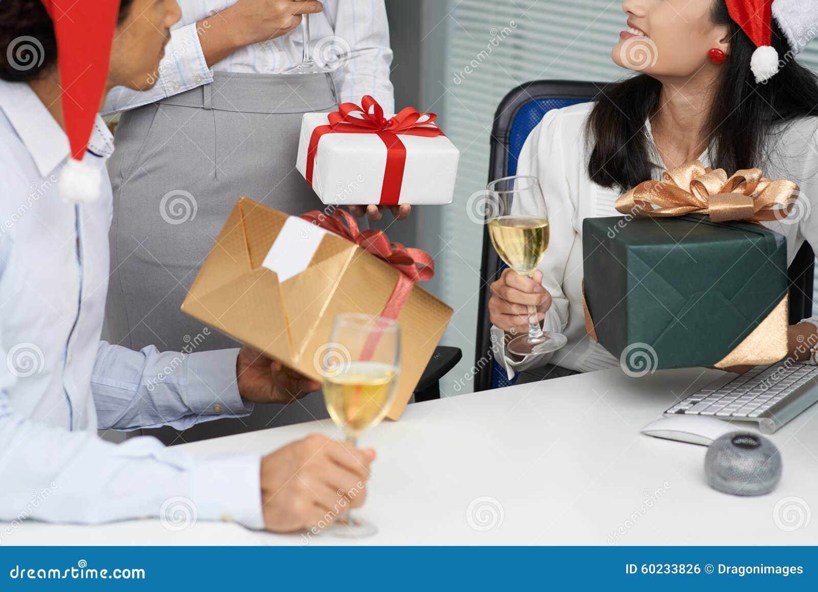 Austausch der Geschenke stockfoto. Bild von männer, geerntet - 60233826