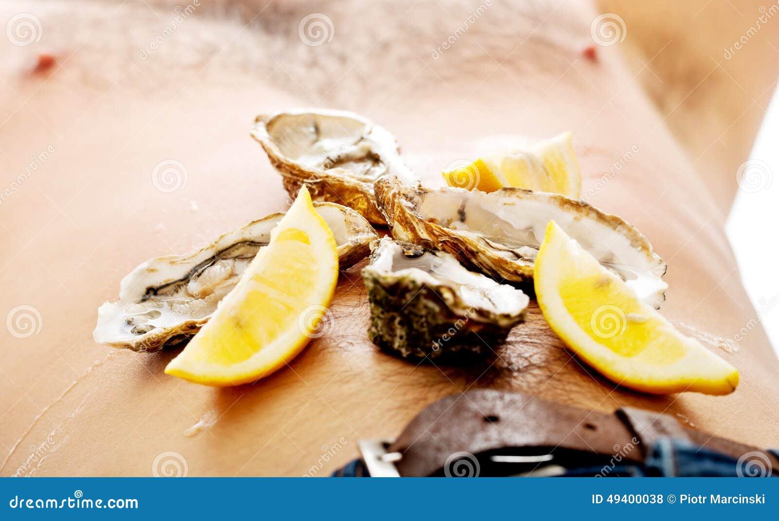 Download Austern Auf Dem Bauch Des Mannes Stockfoto - Bild von organisch, krebs: 49400038
