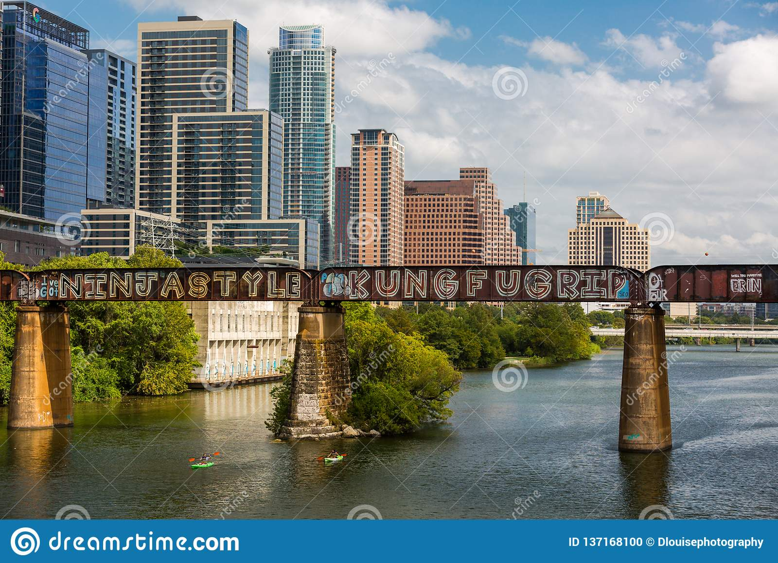 Austin céntrico en el puente peatonal y el río Colorado de Pfluger