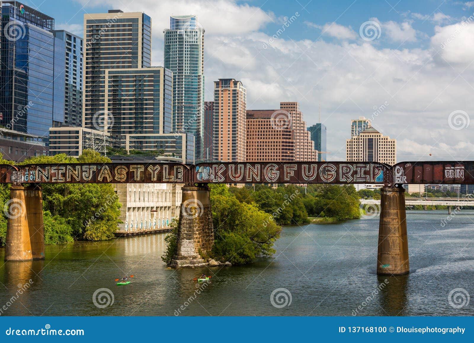 Austin do centro na ponte pedestre e no Rio Colorado de Pfluger