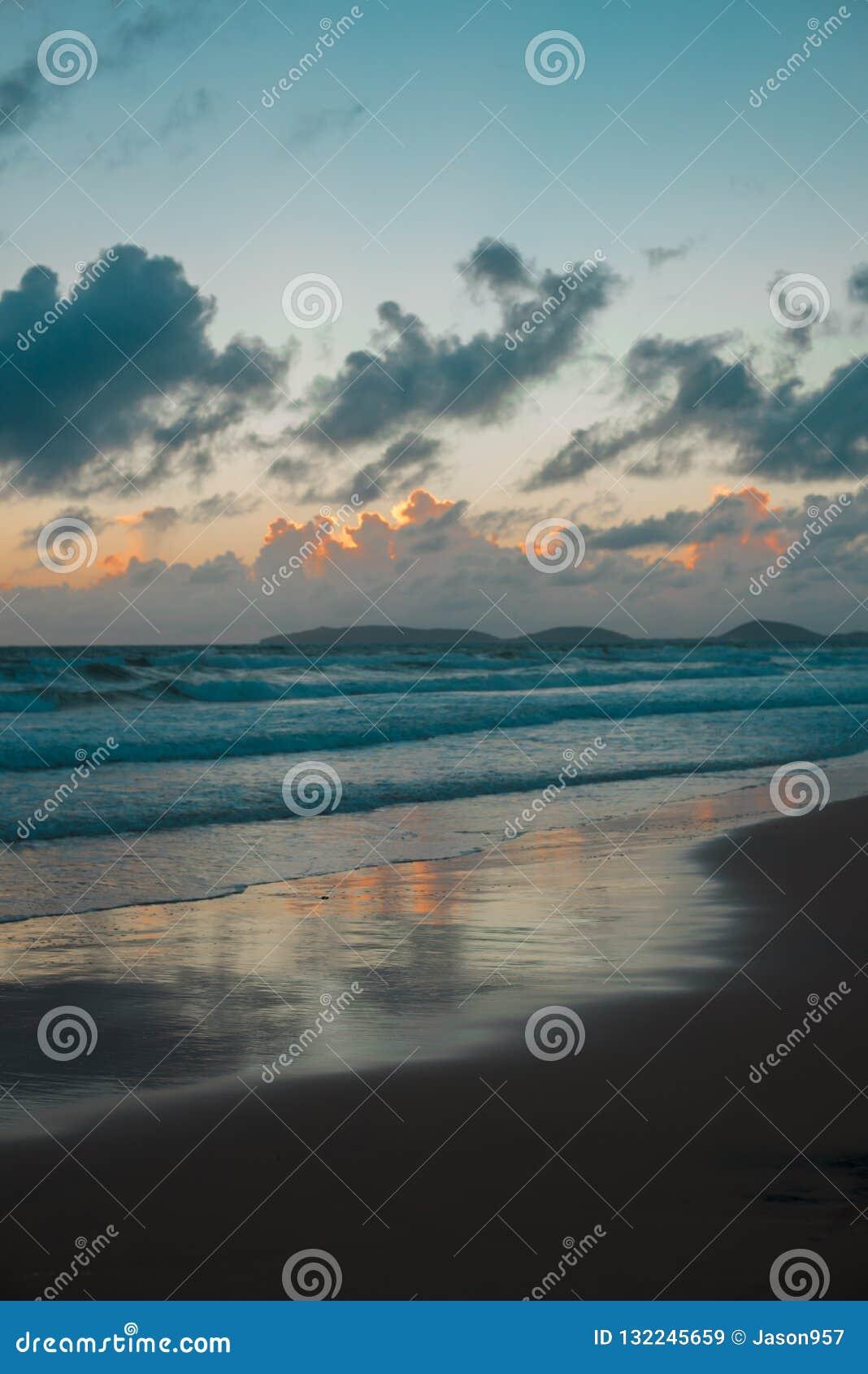 Australijczyk plaża wokoło tęczy plaży w Queensland, Australia Australia jest kontynentem lokalizować w południowej części ziemia