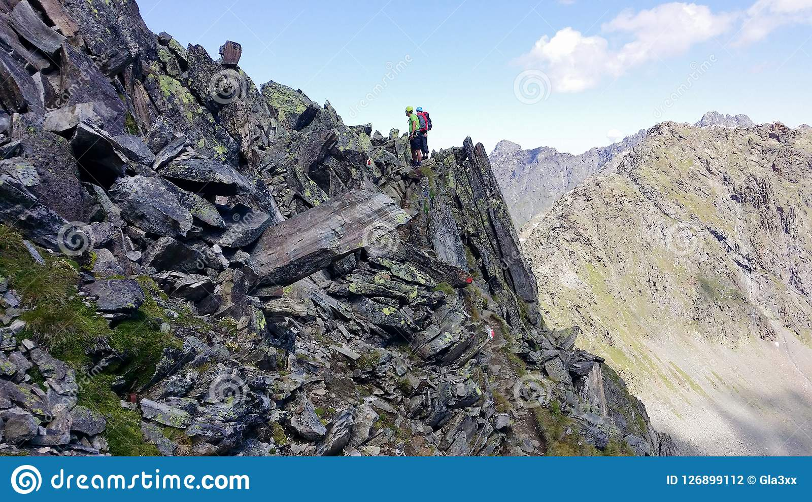 Austria ` Alpino de Stubai del ` de la región Escaladores en una trayectoria de la montaña
