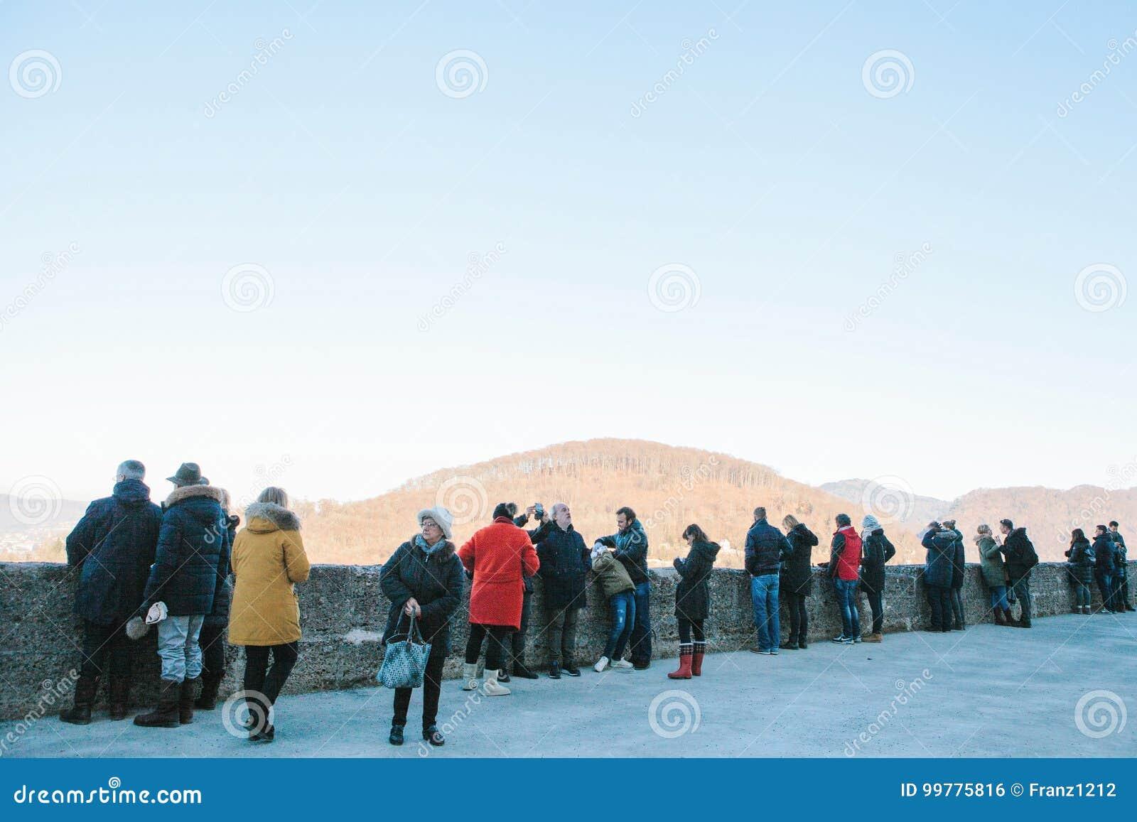 Austria, Salzburg, Styczeń 01, 2017: Turyści przegapia górę przy punktem widzenia Podróż, wakacje, turystyka