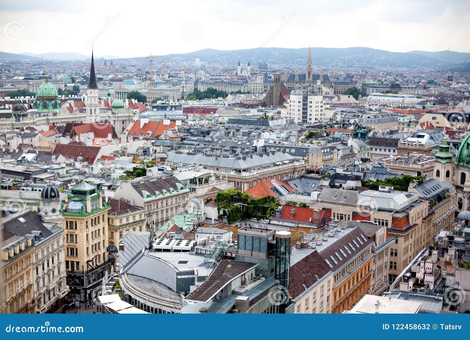 Austria, Wiedeń, stolica pejzaż miejski z kopułą Hofburg pałac i wierza St Michael ` s kościół, Michaelerkirche