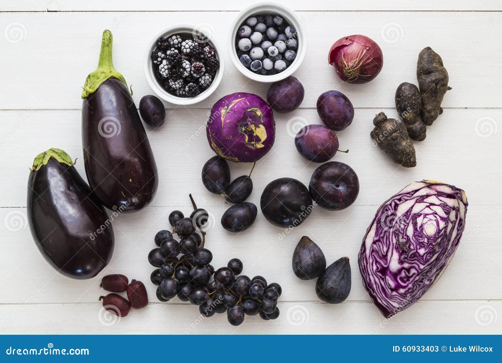 Auswahl der purpurroten Frucht und des veg