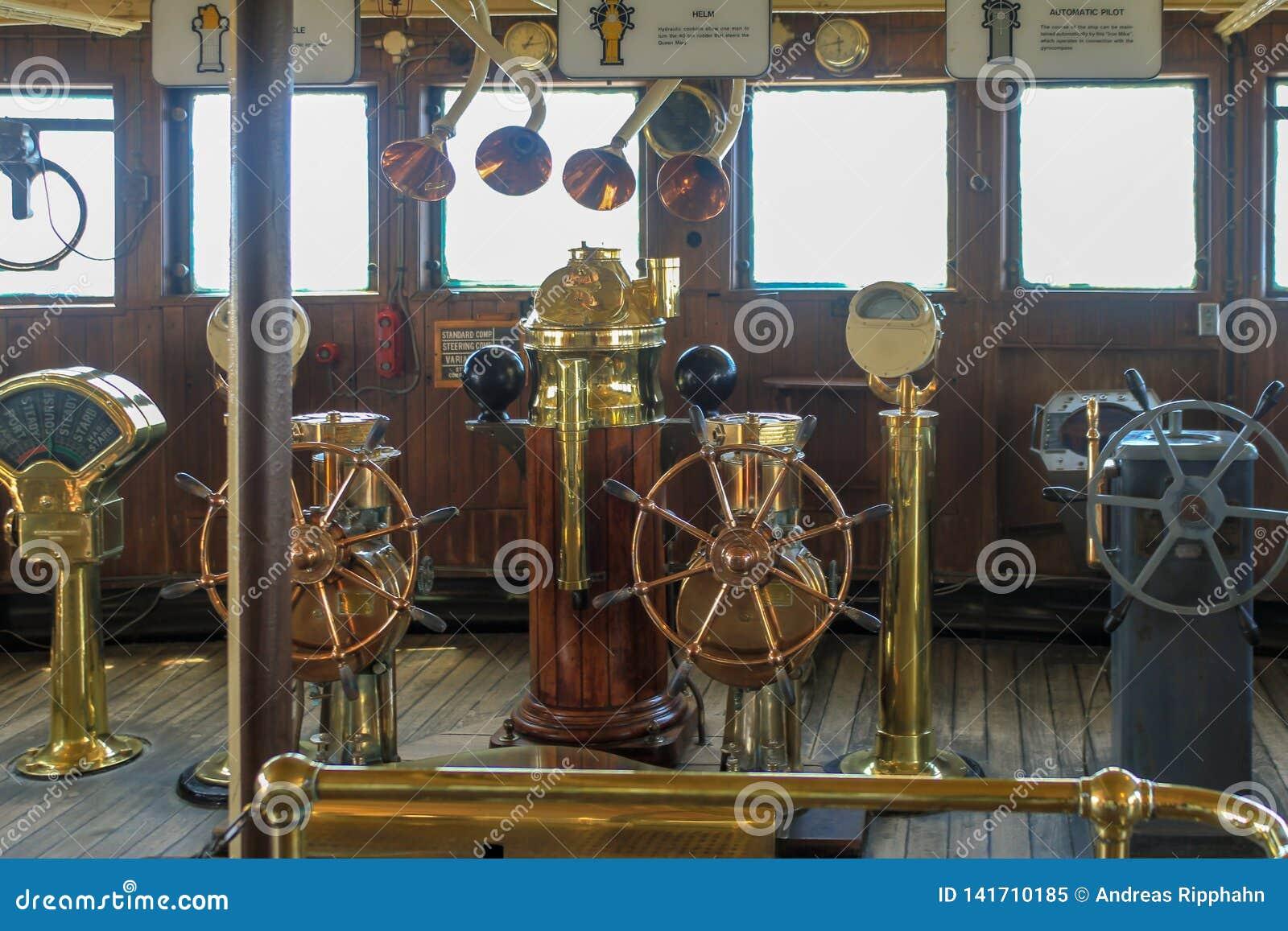 Auswahl des alten Kupfers und der Messingschiffsräder