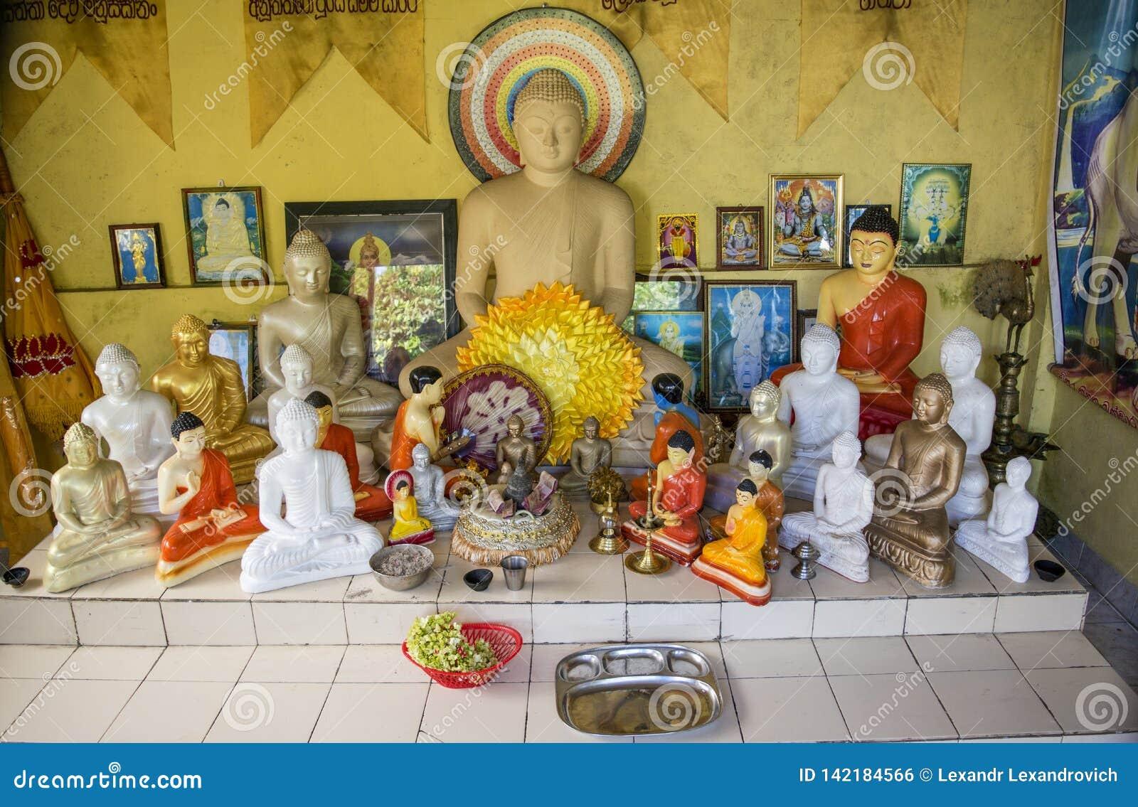 Autel bouddhiste avec les statues bouddhistes dans le temple