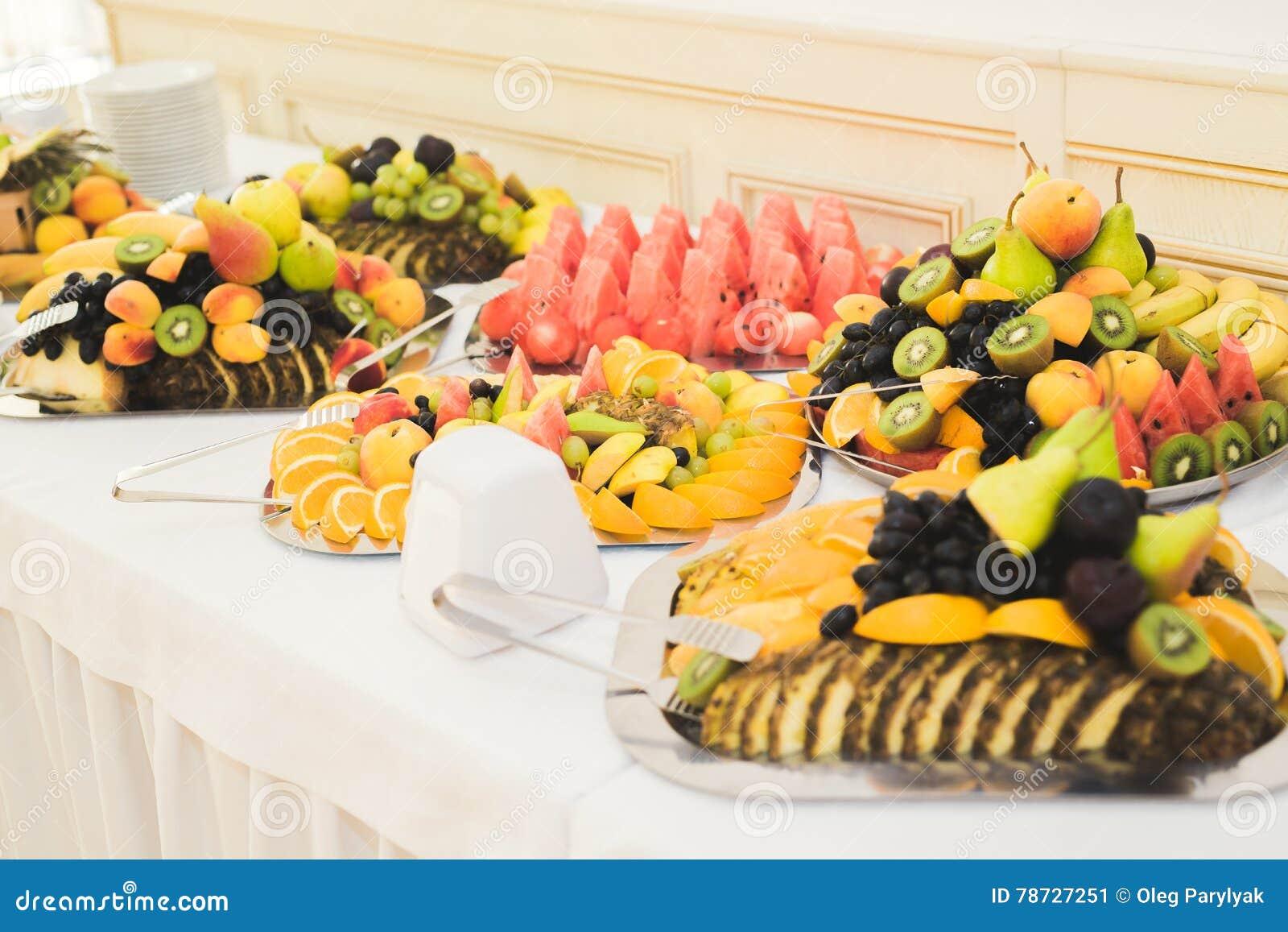 Autentisk buffé, blandade nya frukter, bär och citrus Förberedelse för idérik meny för design