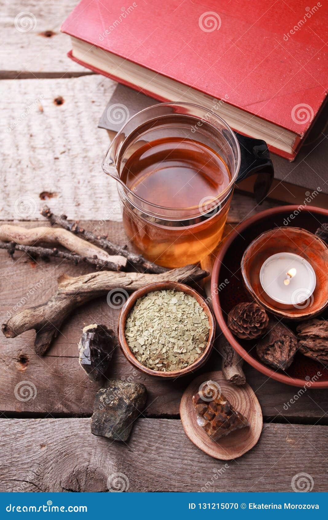 Autentiska inre detaljer, exponeringsglas av den växt- reaen, torra växt- växter, homeopatisk behandling på lantlig träbakgrund,