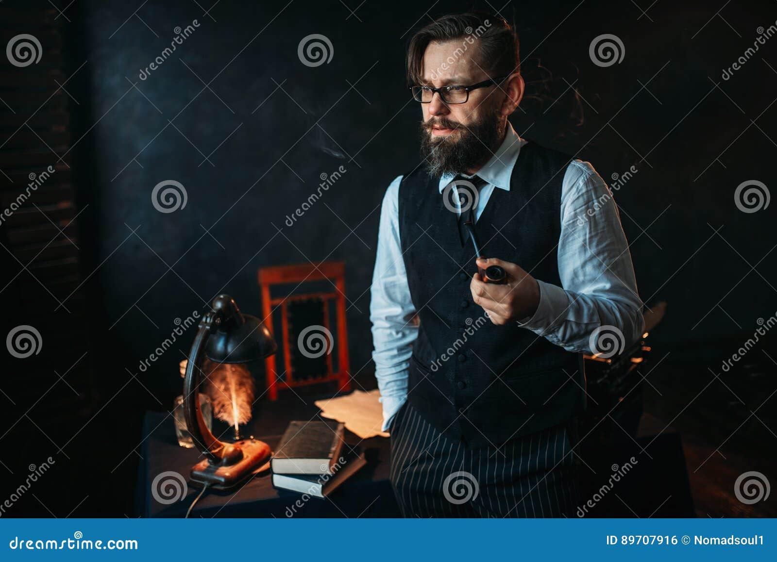 Auteur barbu sérieux en verres fumant un tuyau