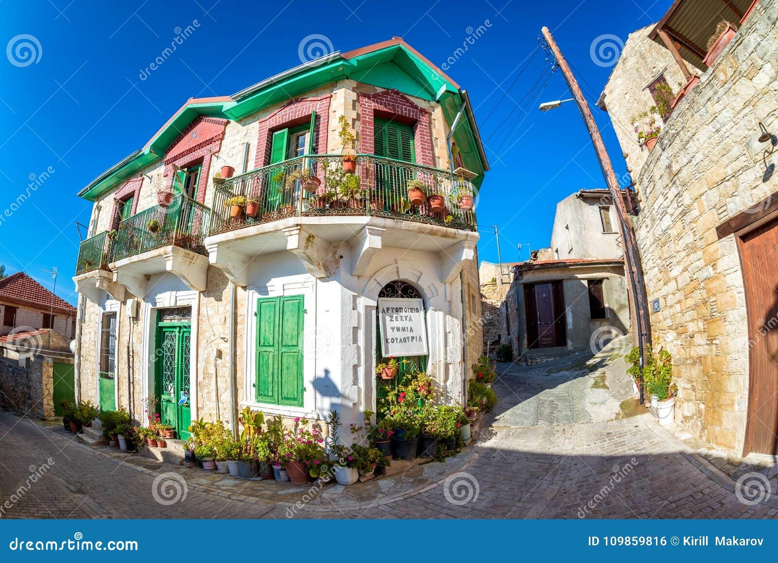 Authentieke kleurrijke mediterrane straat in het dorp van Arsos
