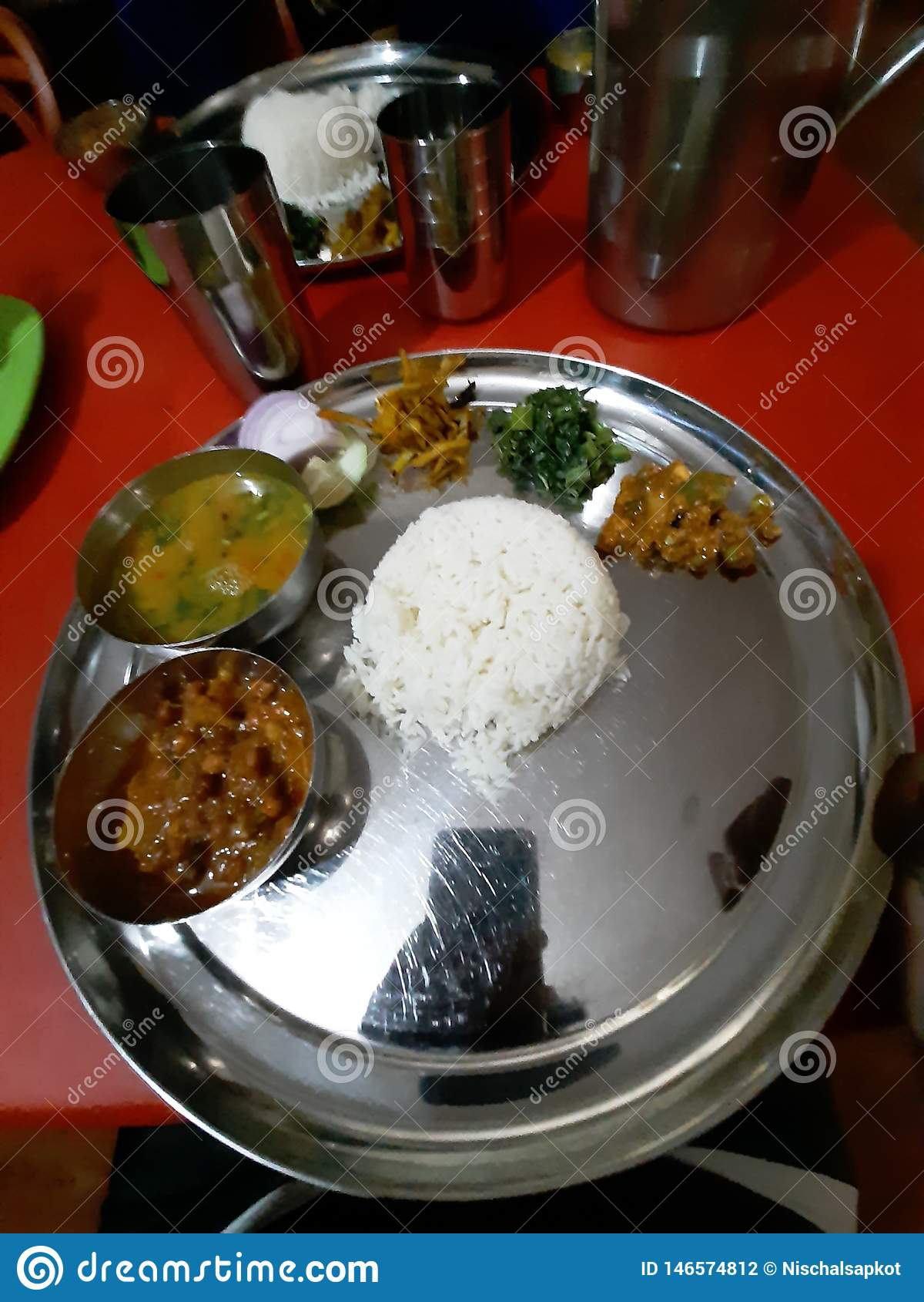 Authentieke nepalikeuken Nepalithali, veg zuivere veganistplaat