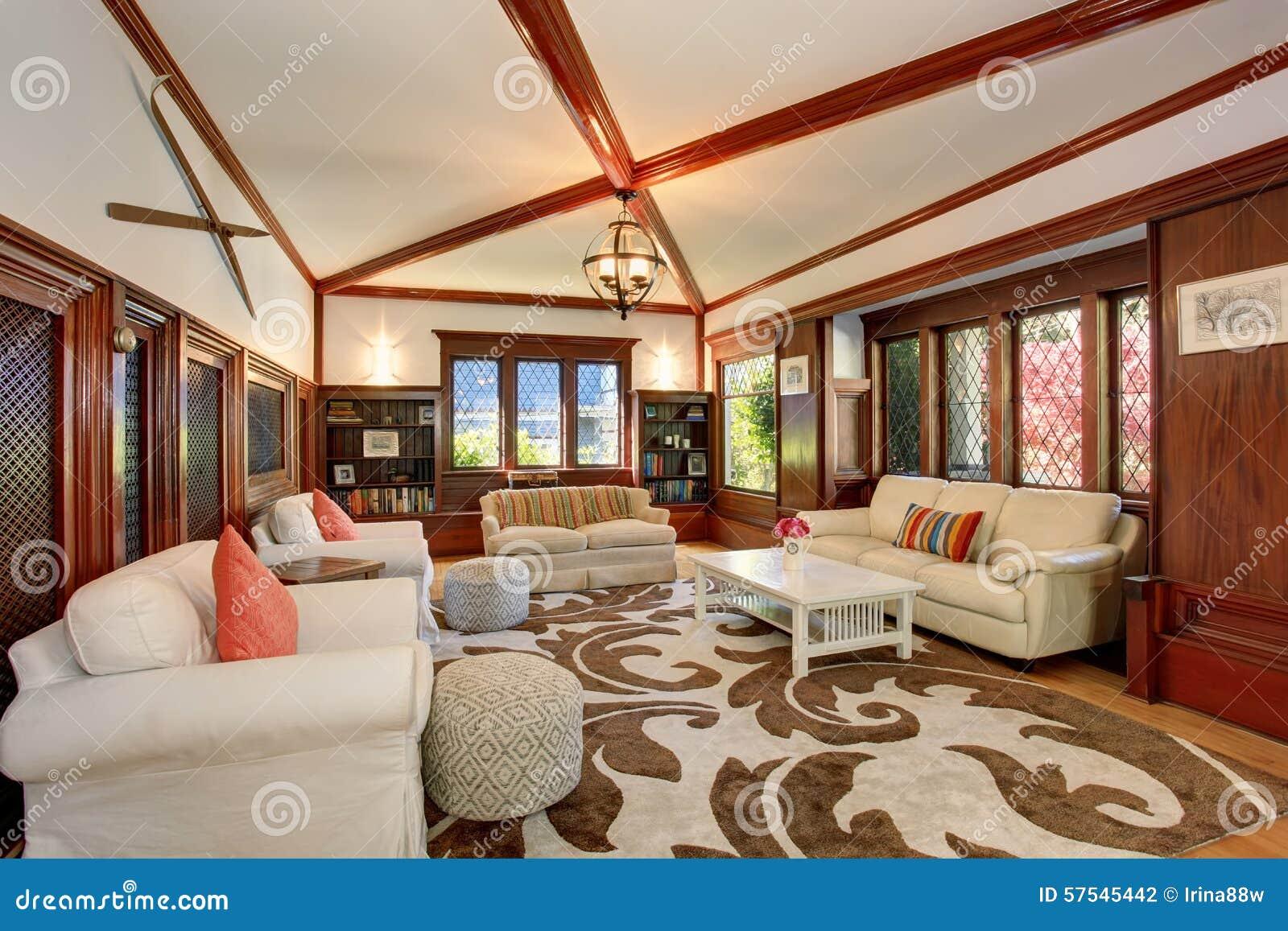 Authentieke Details Woonkamer : Authentieke woonkamer met bruine en witte decoratieve deken stock