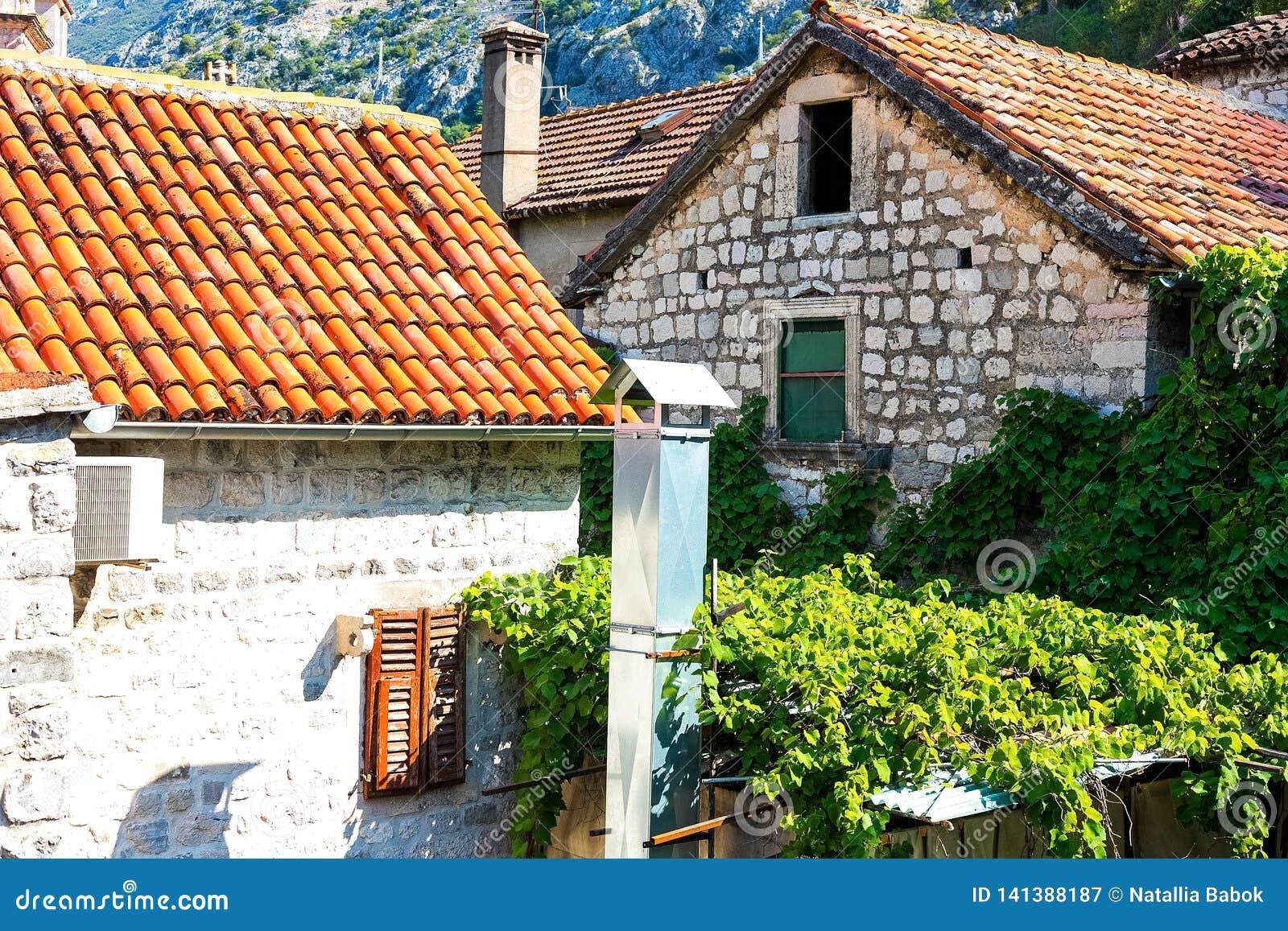 Authentisch, Backsteinmauer mit den schönen, alten, hölzernen Fensterläden, Fenster