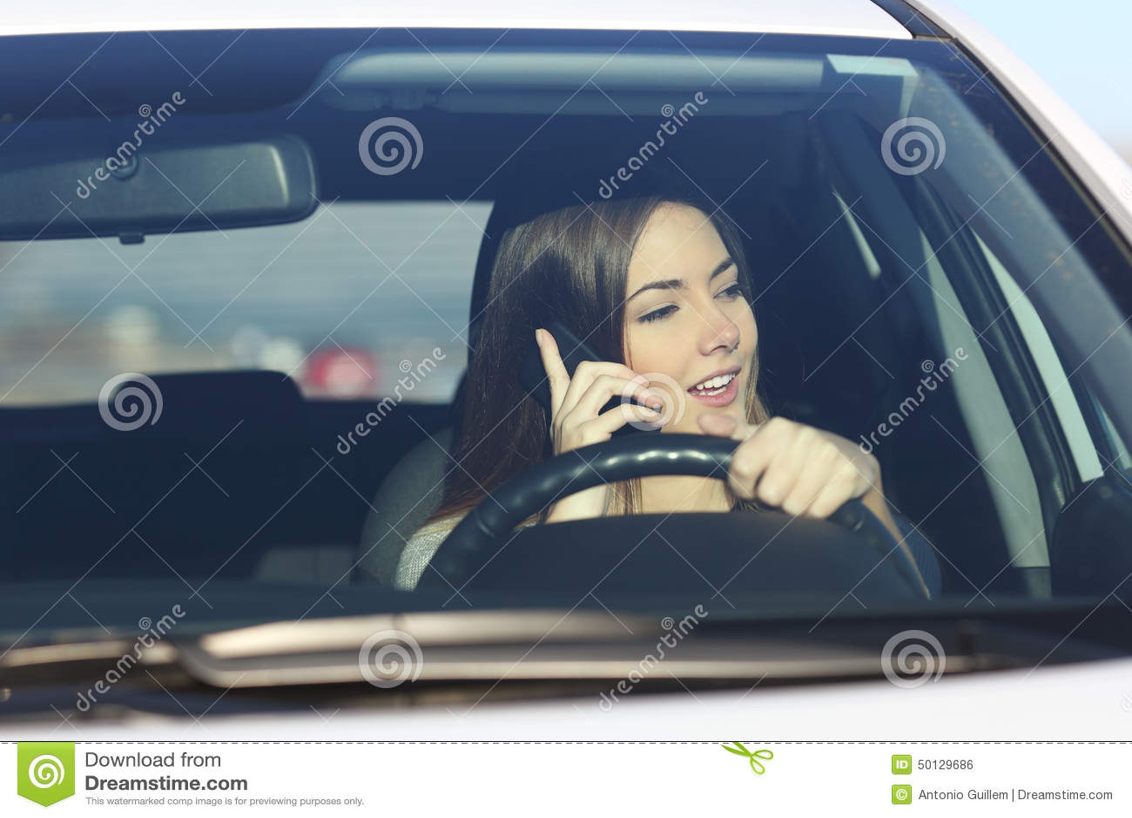 Autista che conduce un automobile distratta sul telefono
