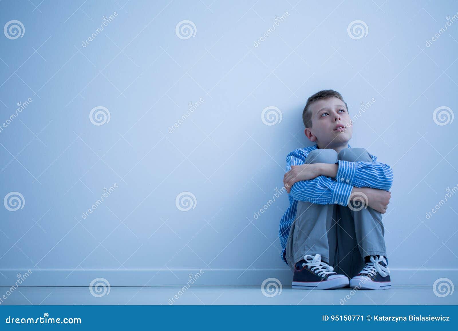 Autistisch kind op een vloer