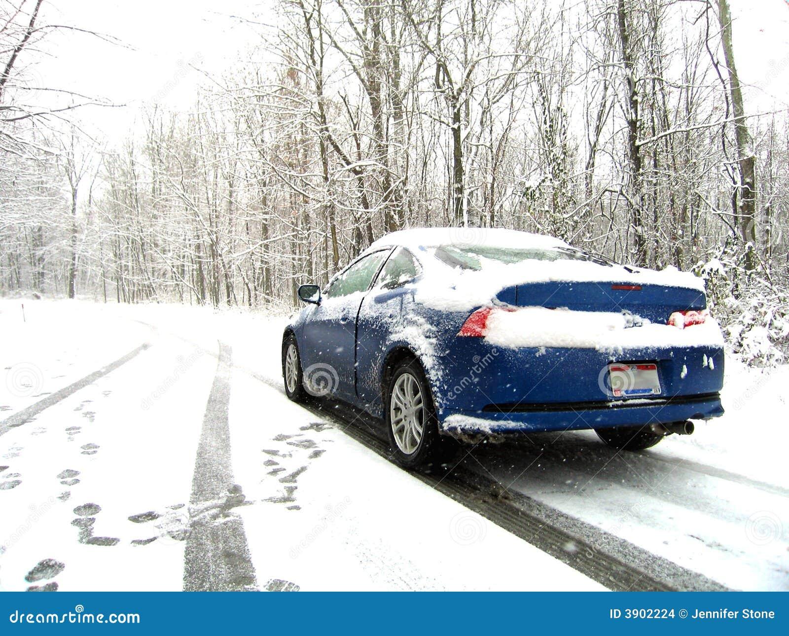 Auto auf Snowy-Straße