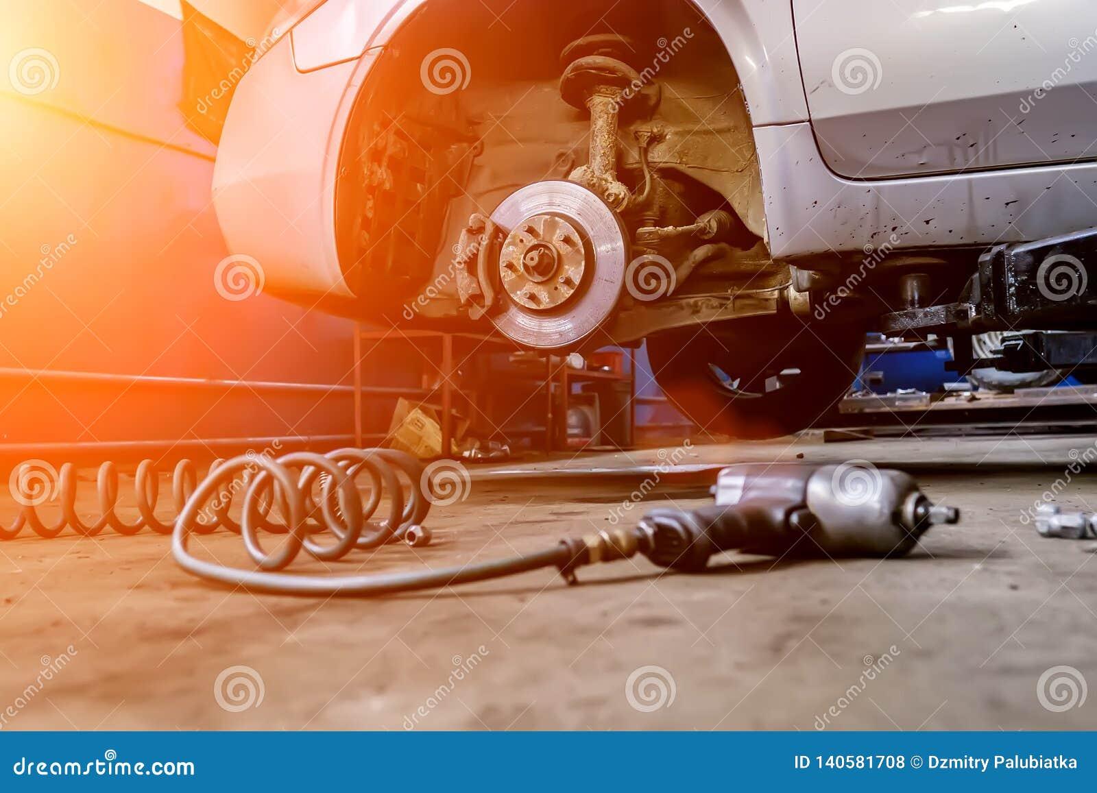 Auto bil inom mekanikerserviceworking Utbyte och underhåll för bilgummihjul