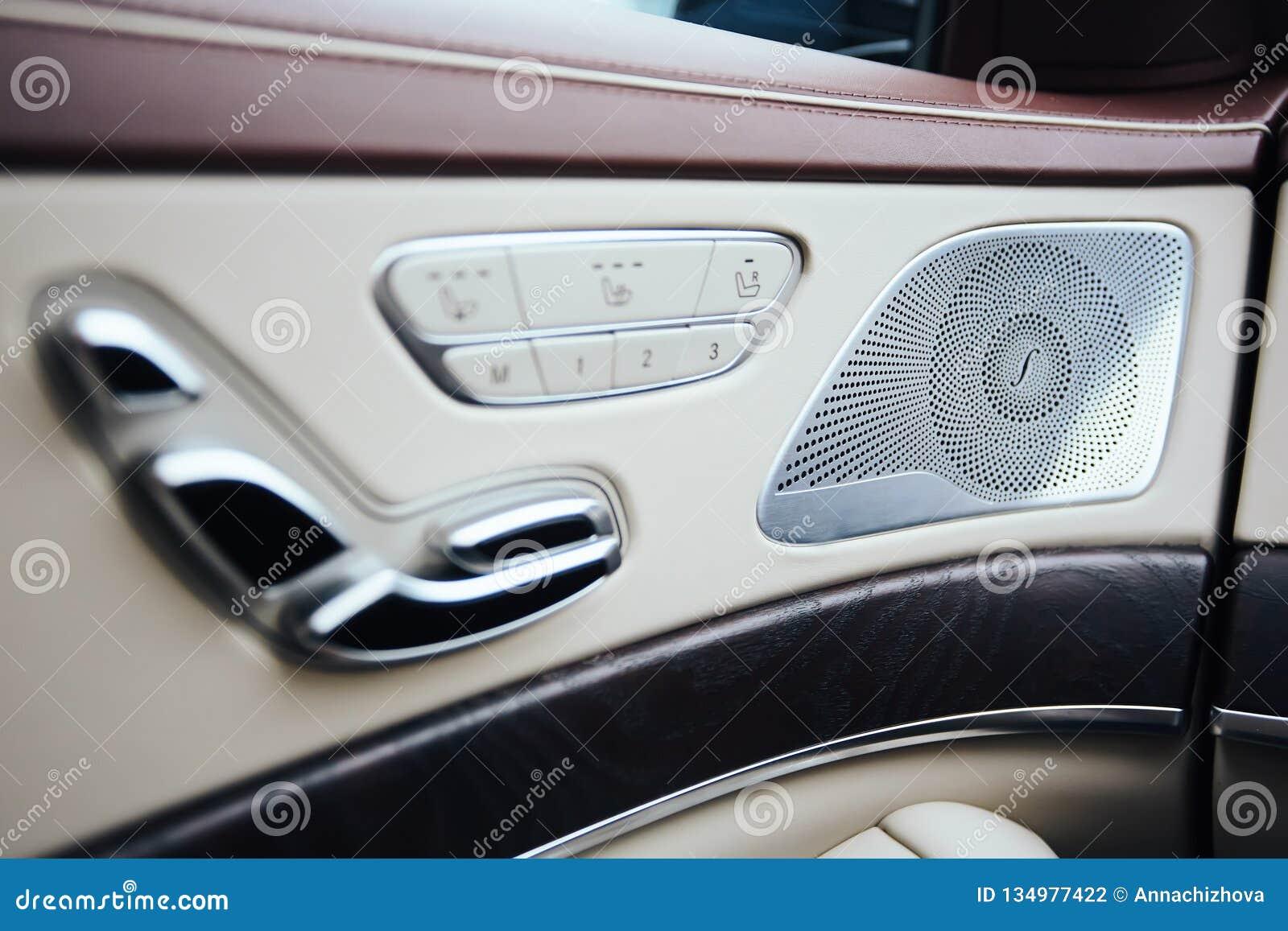 Auto binnen Binnenland van prestige moderne auto Hoge klimaatcontrole, - beëindig correcte sprekers, zetelgeheugen, deurhefboom