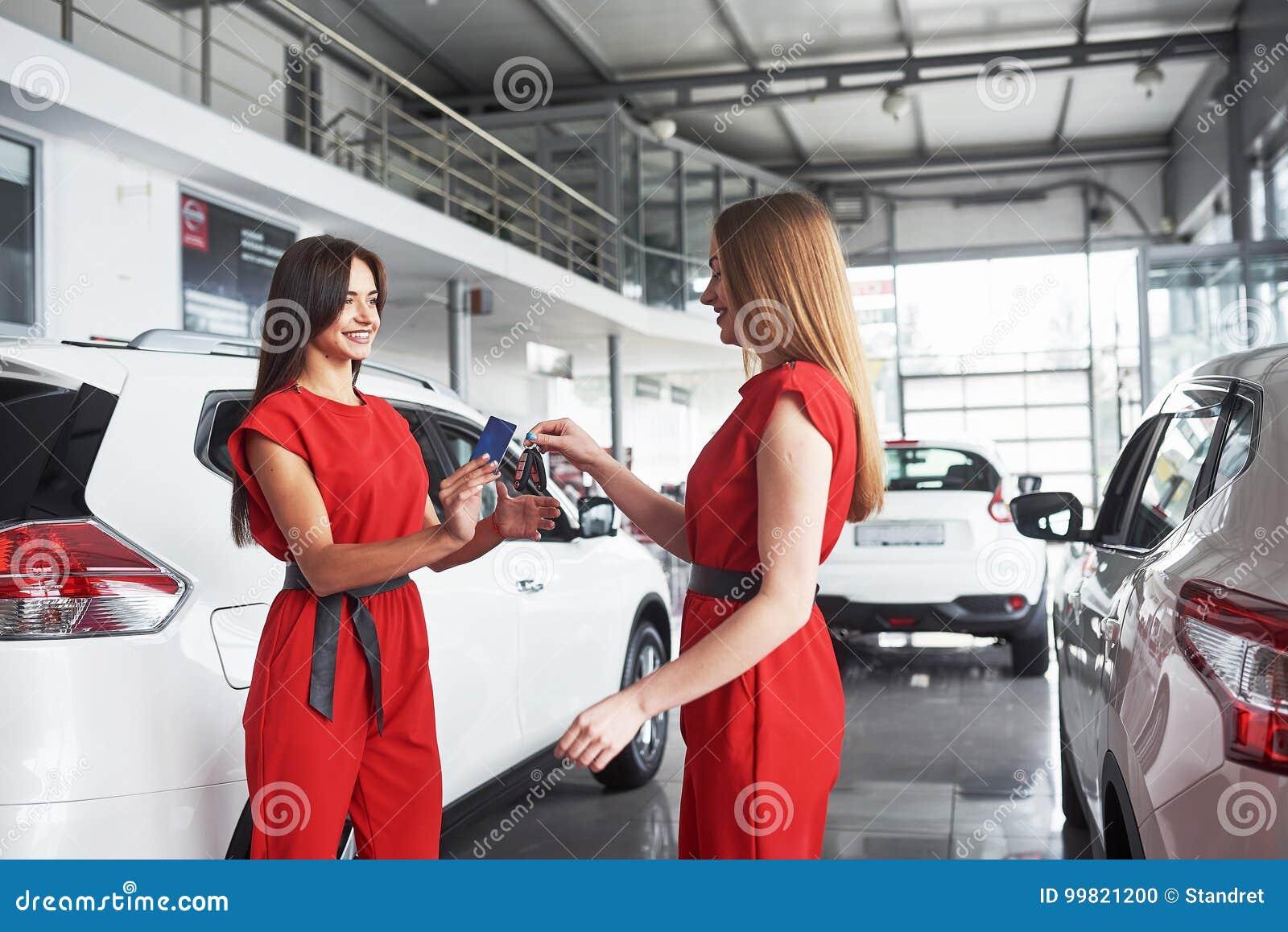 Auto biznes, samochodowa sprzedaż, transakcja, gest i ludzie pojęć, - zamyka up handlowiec daje kluczowi nowy właściciel w auto p