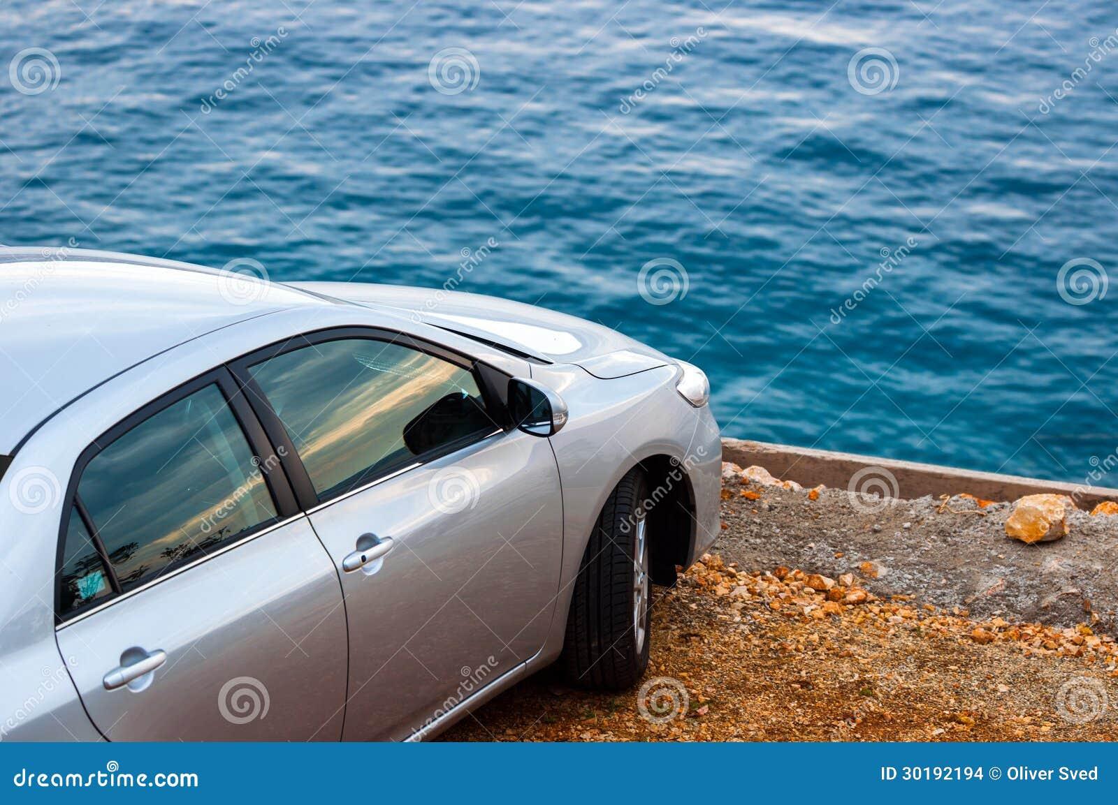 Auto, das draußen parkt