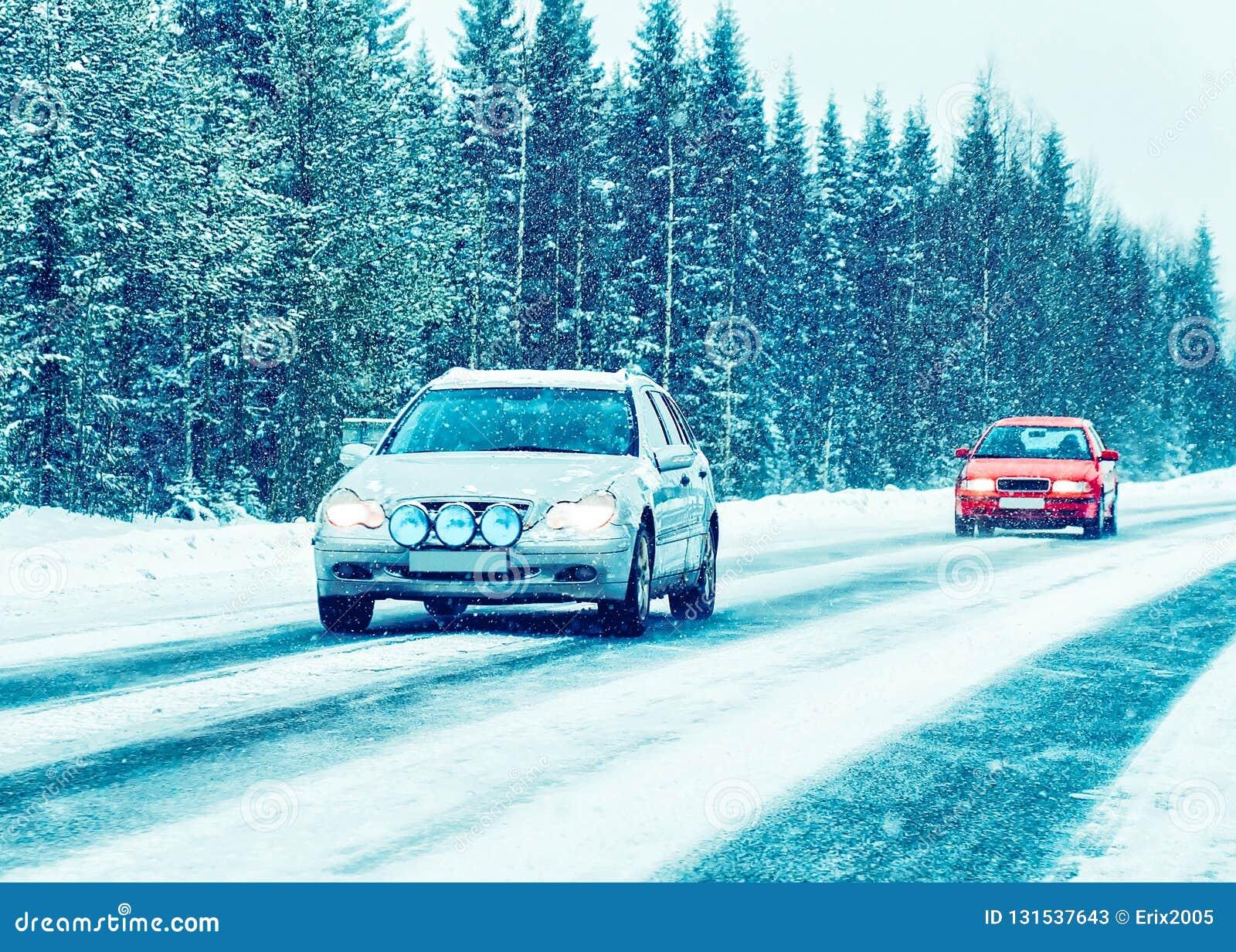 Auto in de de winterweg in Rovaniemi Lapland, Finland