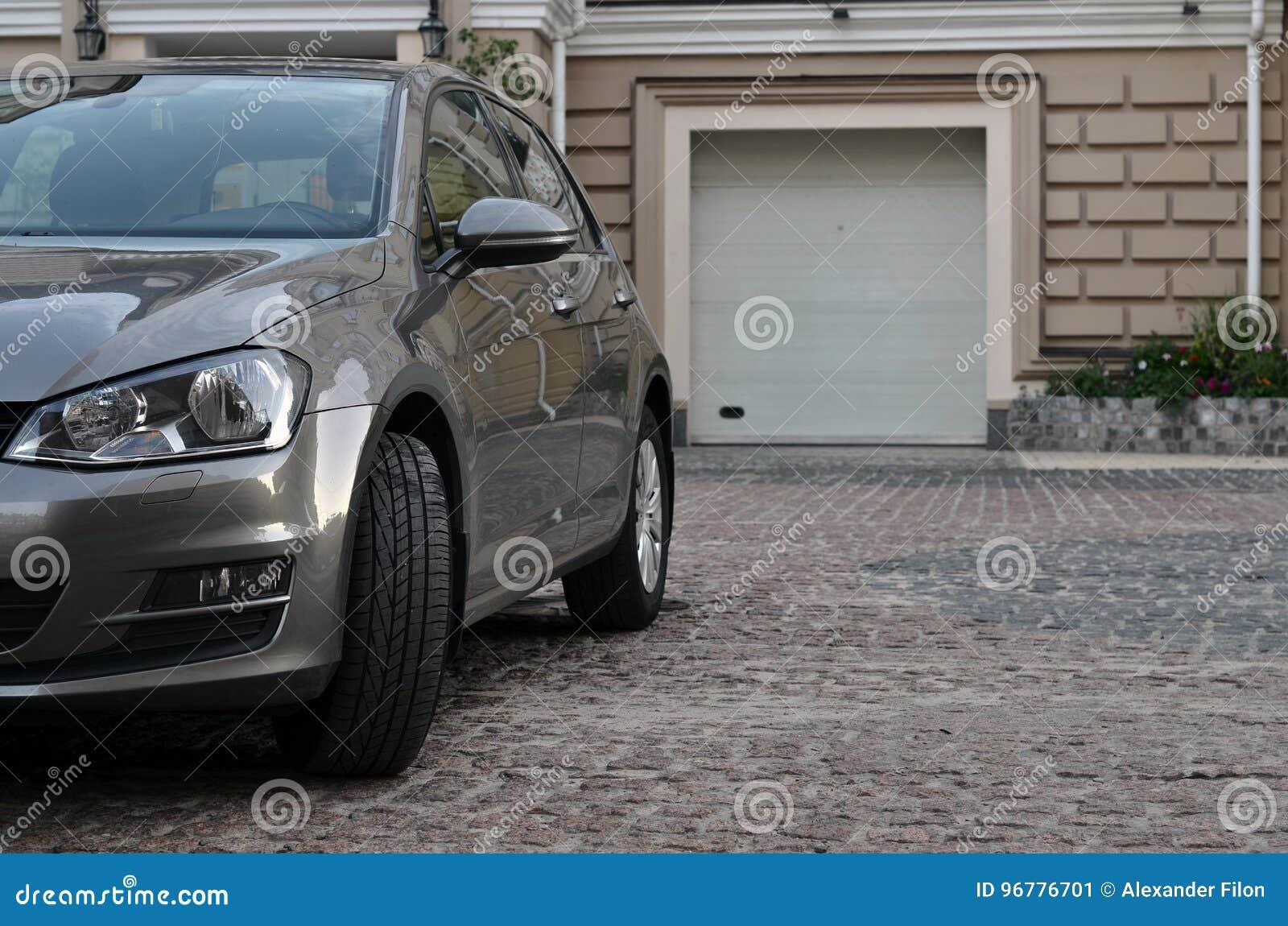 Auto dichtbij garage wordt geparkeerd die