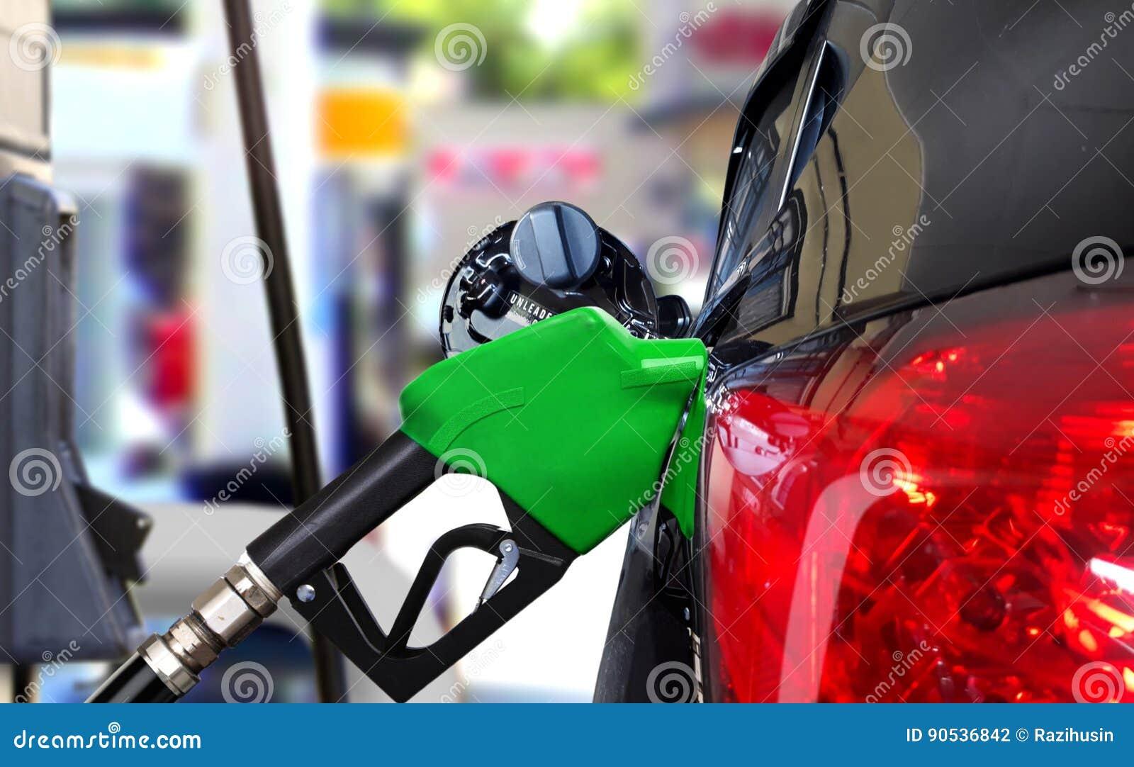 Auto die benzine van brandstof voorzien bij post