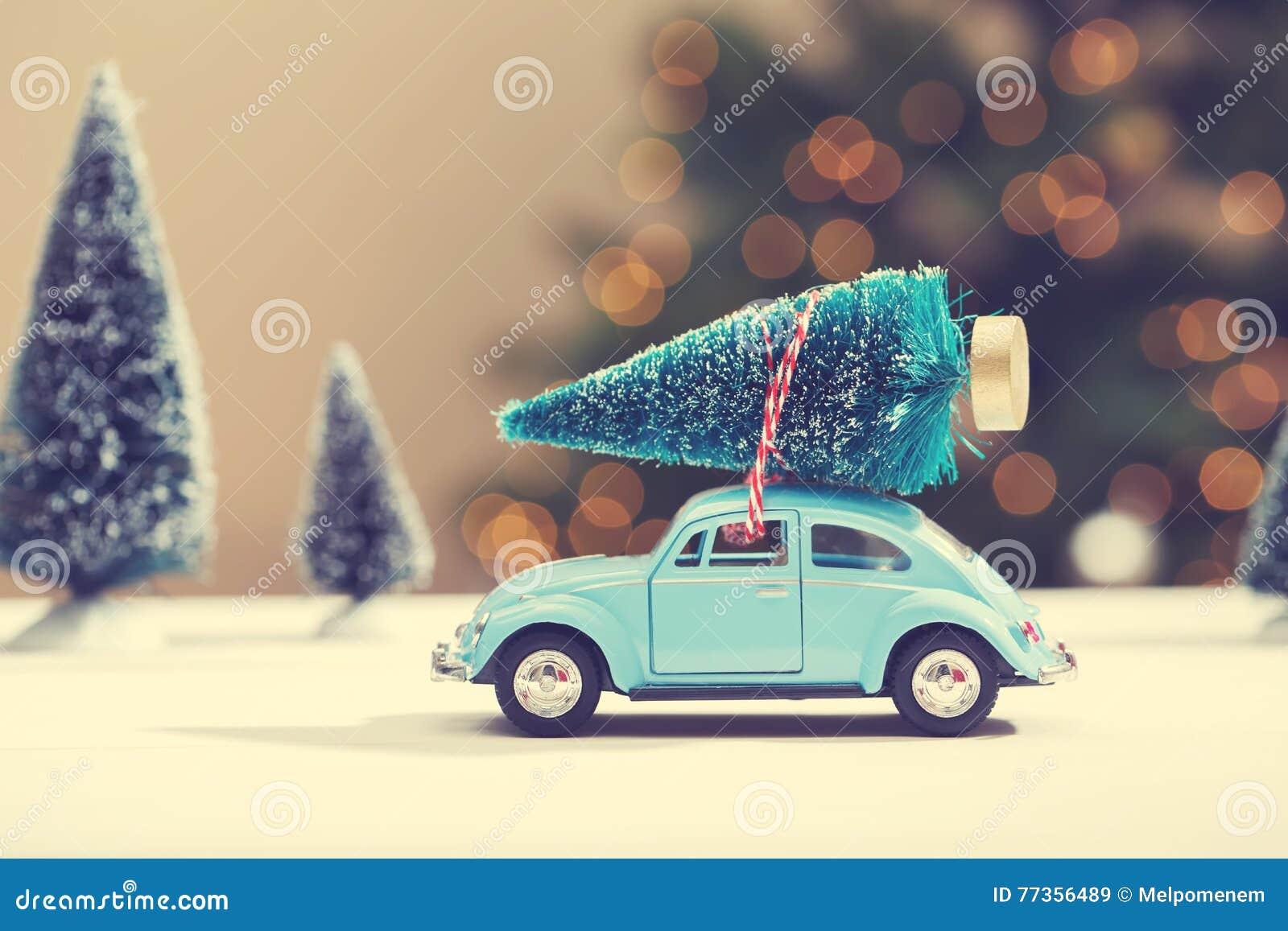 Auto Die Een Kerstboom Dragen Stock Afbeelding Image Of Weinig Seizoengebonden 77356489