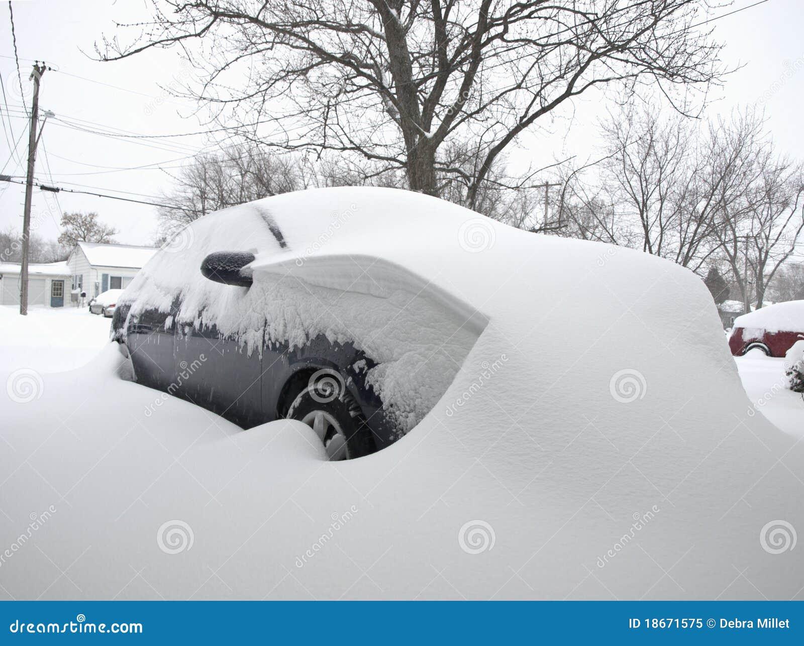 Auto die in sneeuw wordt behandeld