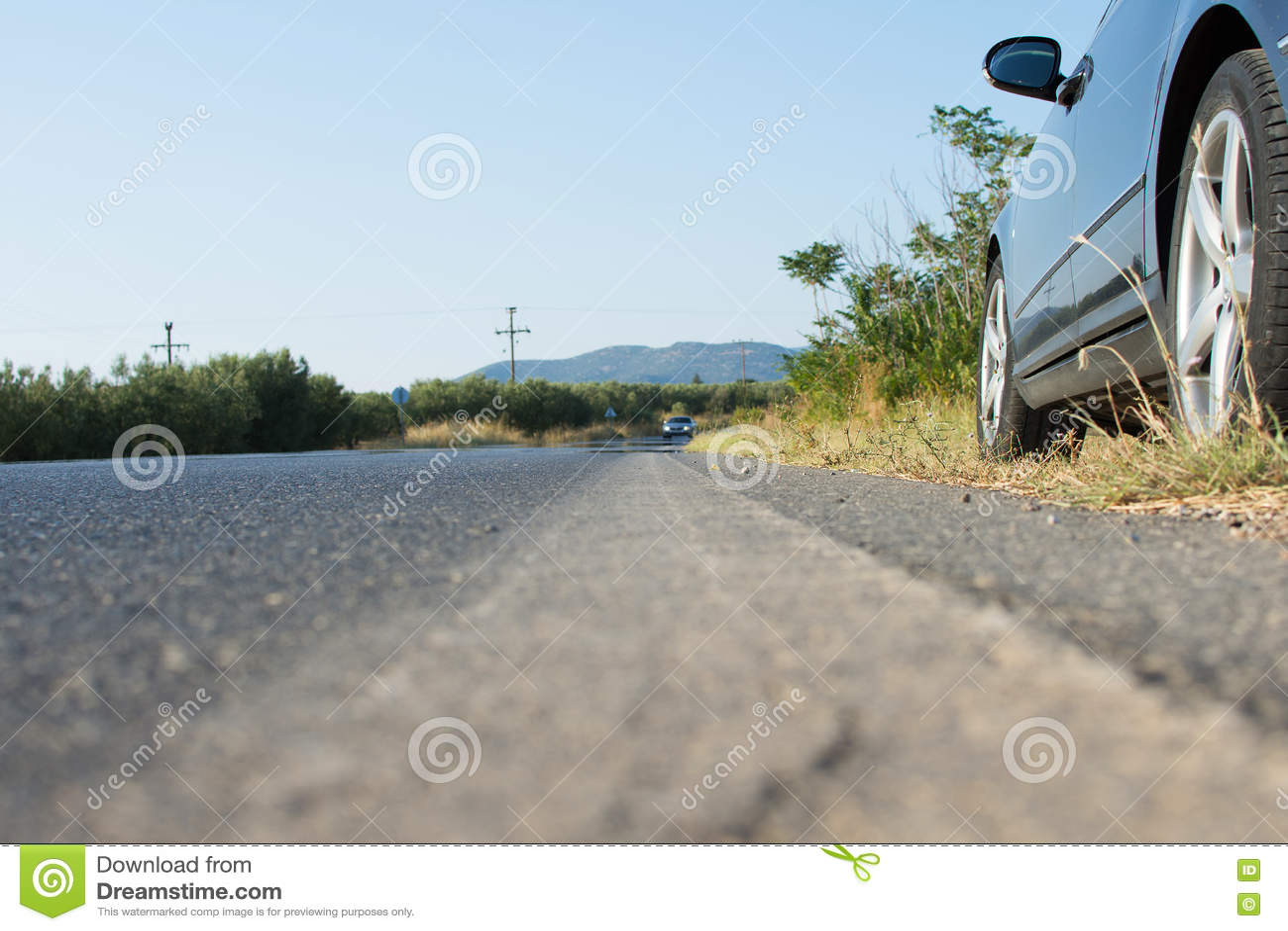 Auto door de Partij van een Weg in Landelijk Land wordt geparkeerd dat Hinderlaag door Zwarte Auto op Asphalt Road