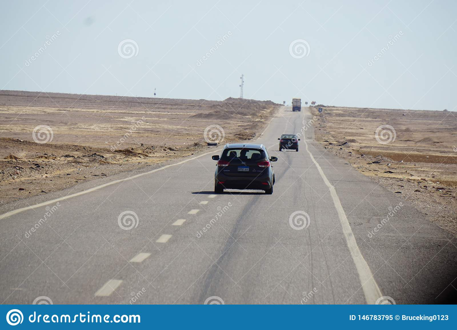 Auto het drijven op woestijnweg