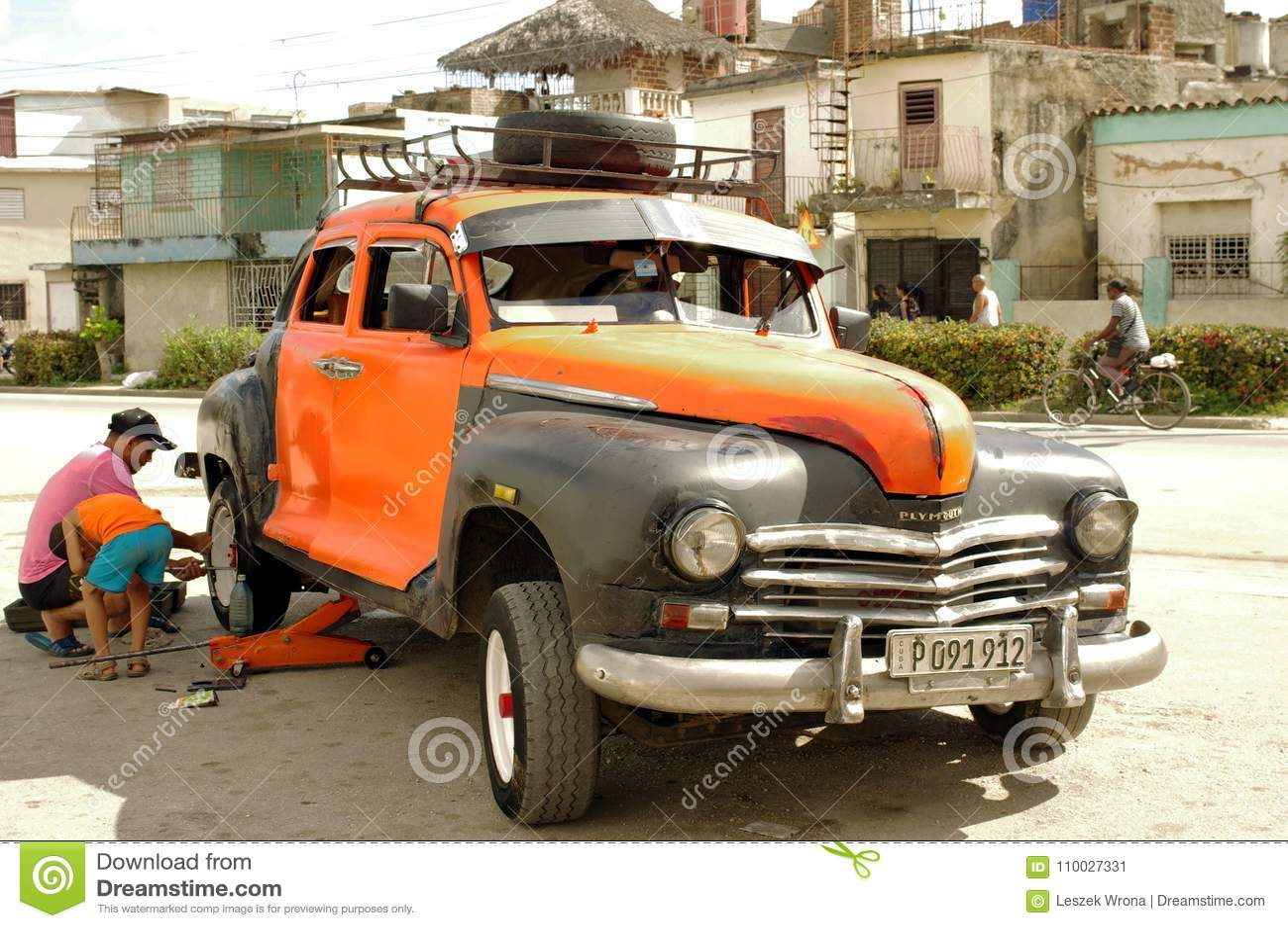 Auto het mechanische werken aan een wielverandering van klassiek voertuig