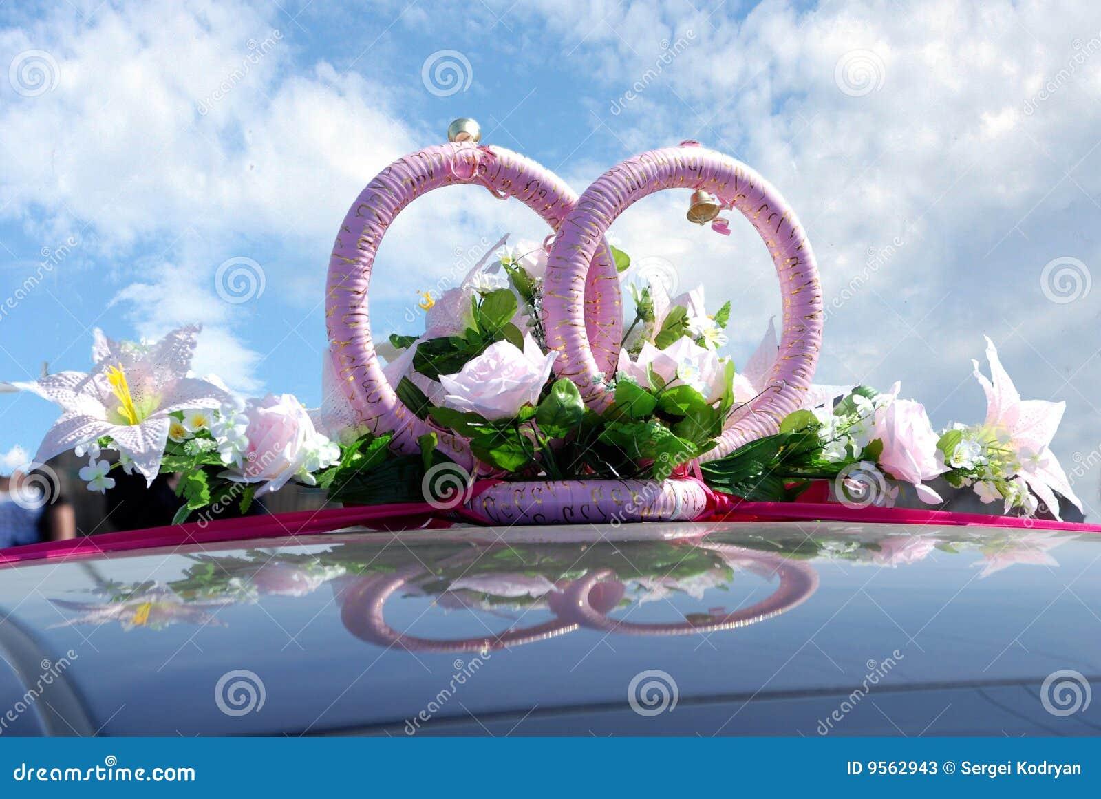 Nahaufnahme einer Hochzeitsdekoration von zwei Ringen und von Blumen ...