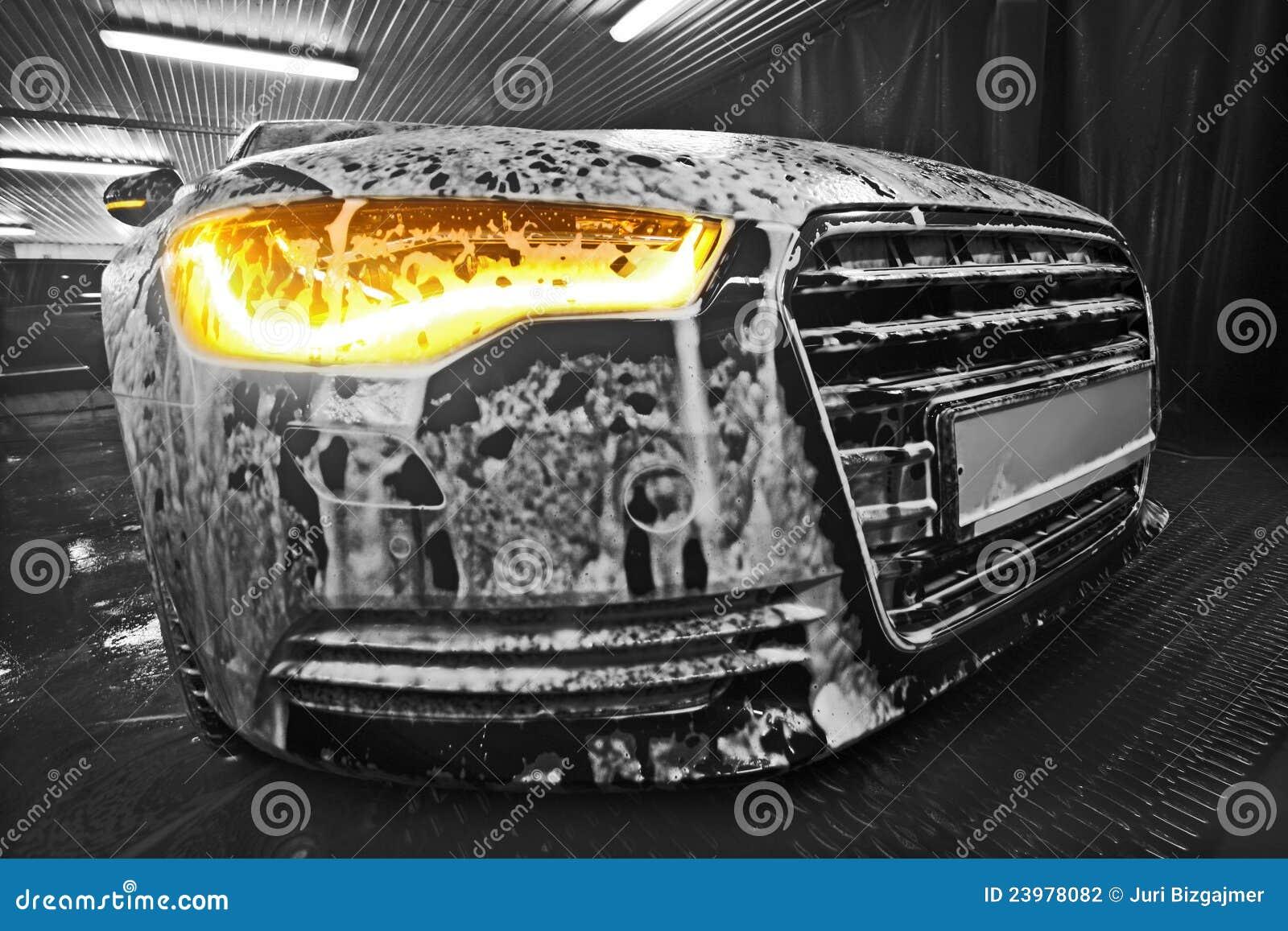 Auto im Schaumgummi auf Wanne