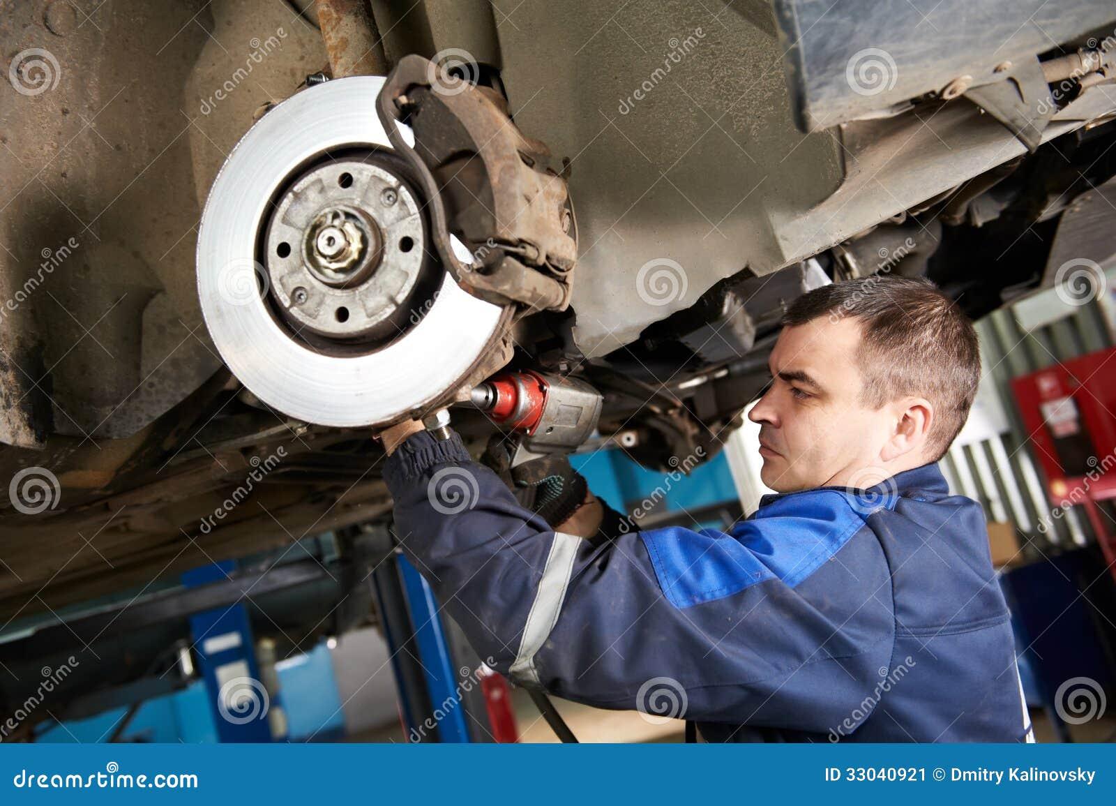 Auto mechanik przy samochodową zawieszenie naprawy pracą