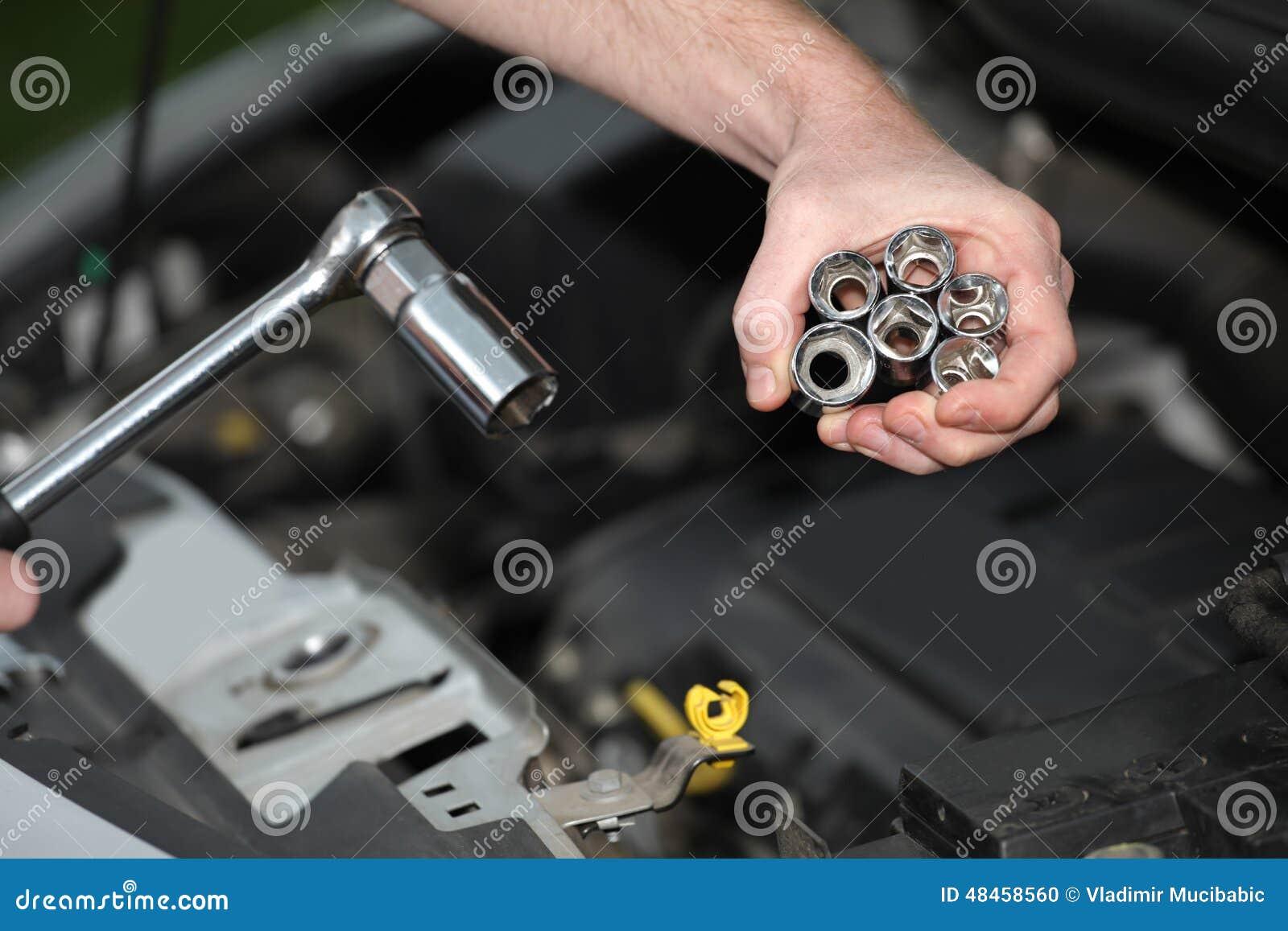 Auto mechanik z chromem matrycował wyrwanie w zbliżeniu