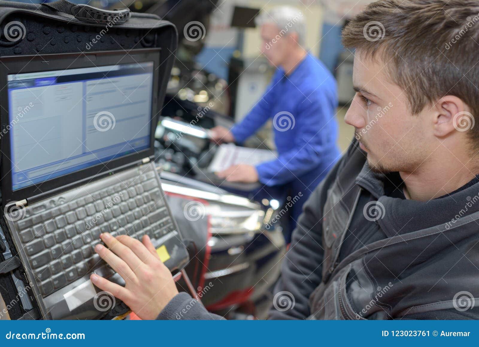 Auto mechanika praktykanta i nauczyciela spełniania testy przy mechanik szkołą