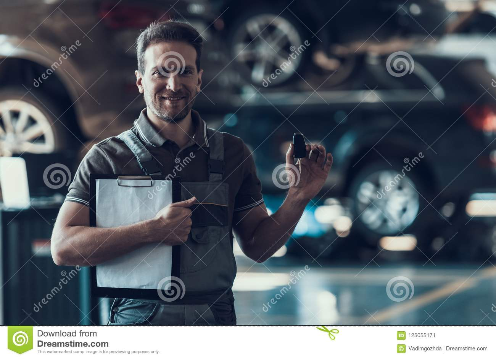 Auto mekaniker Holding Clipboard och biltangenter