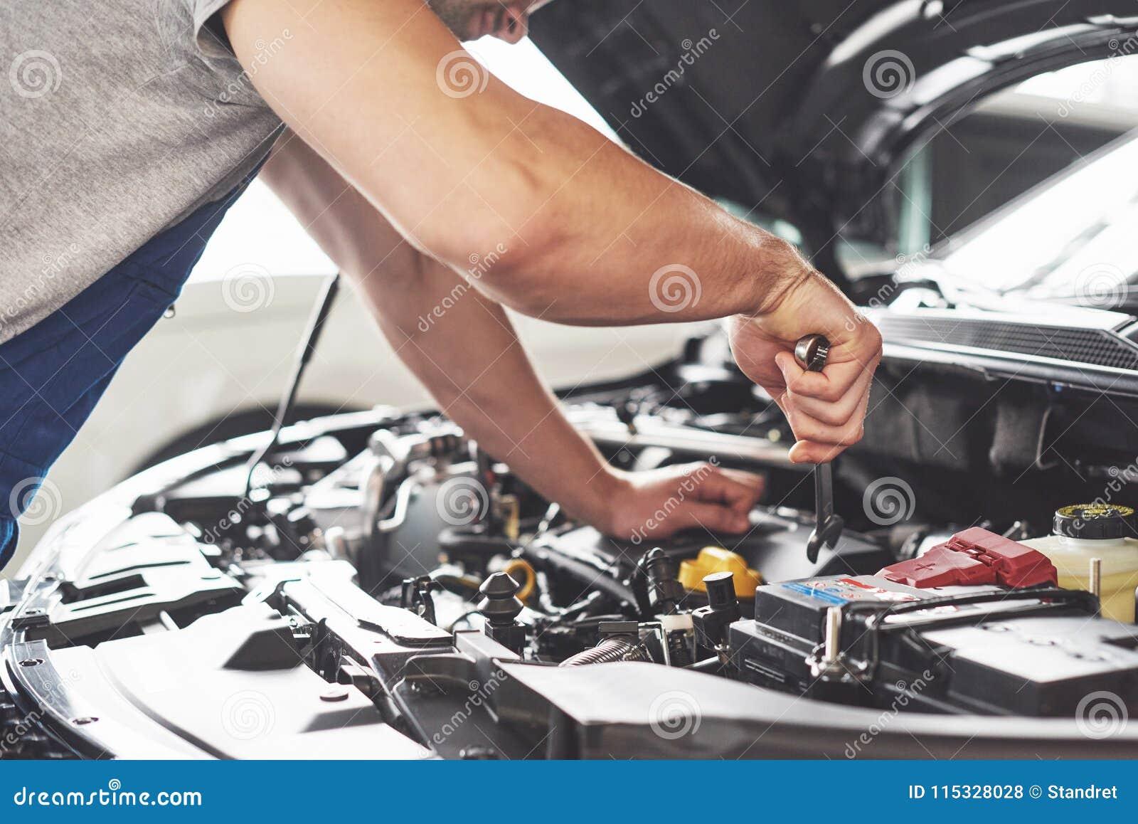 Auto mekaniker som arbetar i garage Reparationsservice