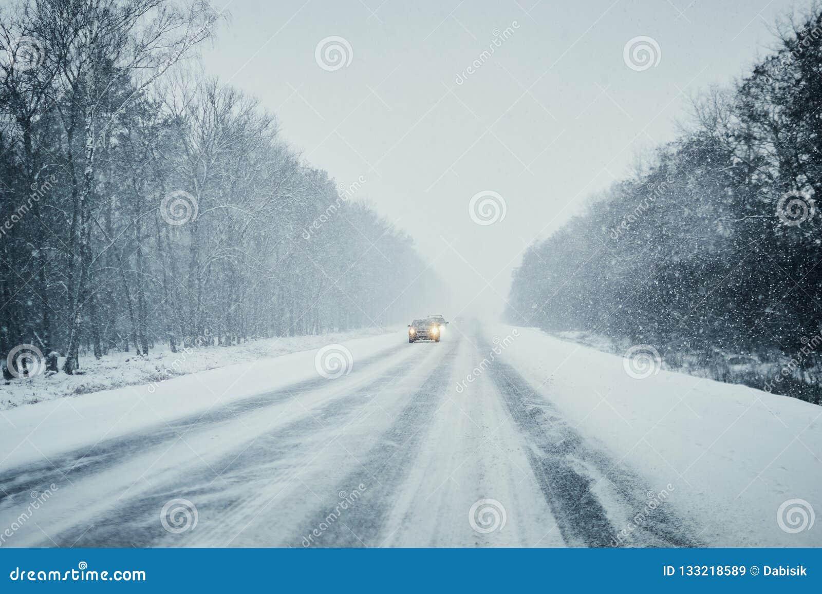 Auto in onweer op de winterweg met verkeer Gevaar het drijven in de winter Eerste persoonsmening