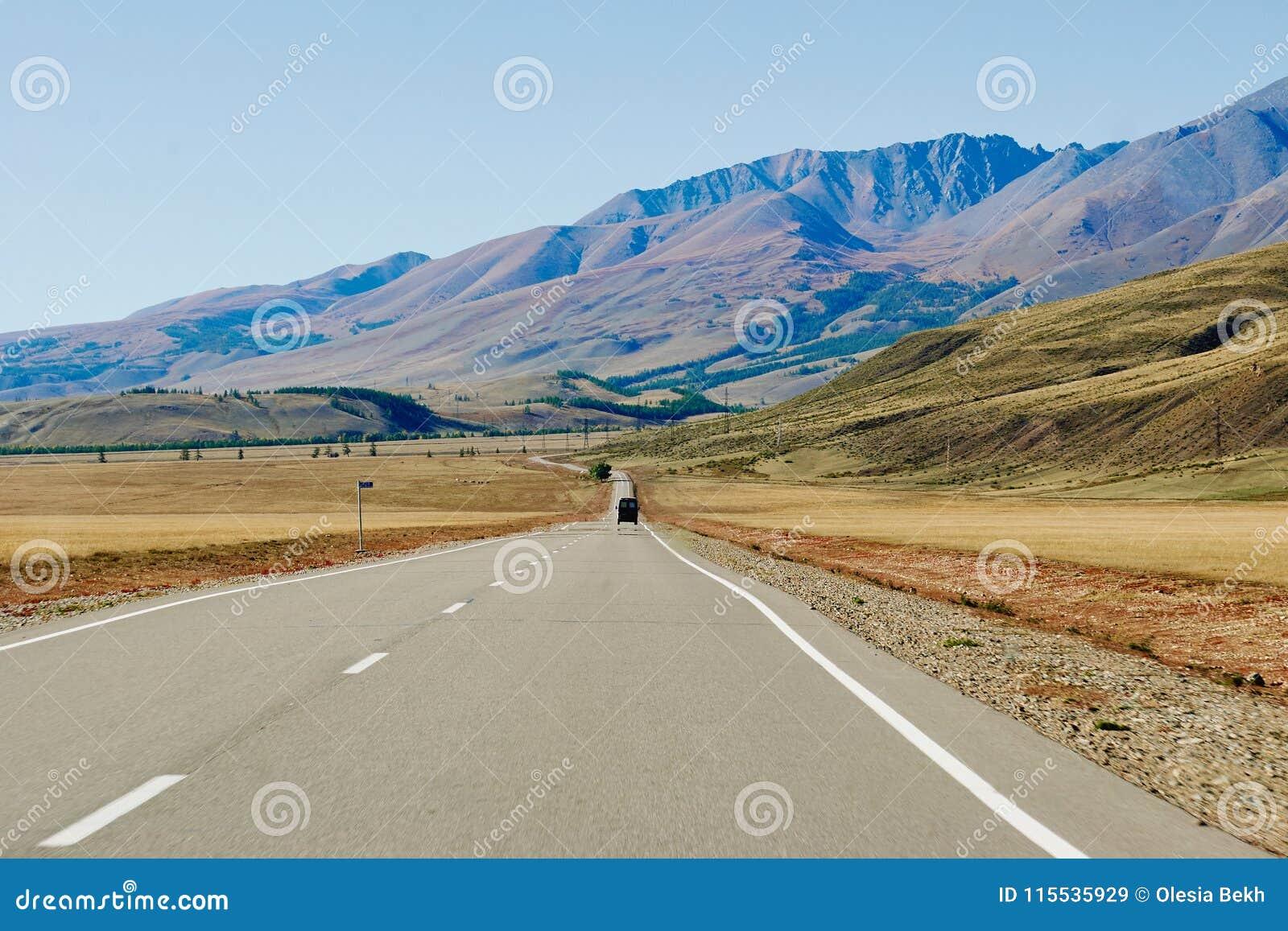 Auto op de weg in de Altai-Bergen dichtbij de grens van Rusland en Mongolië