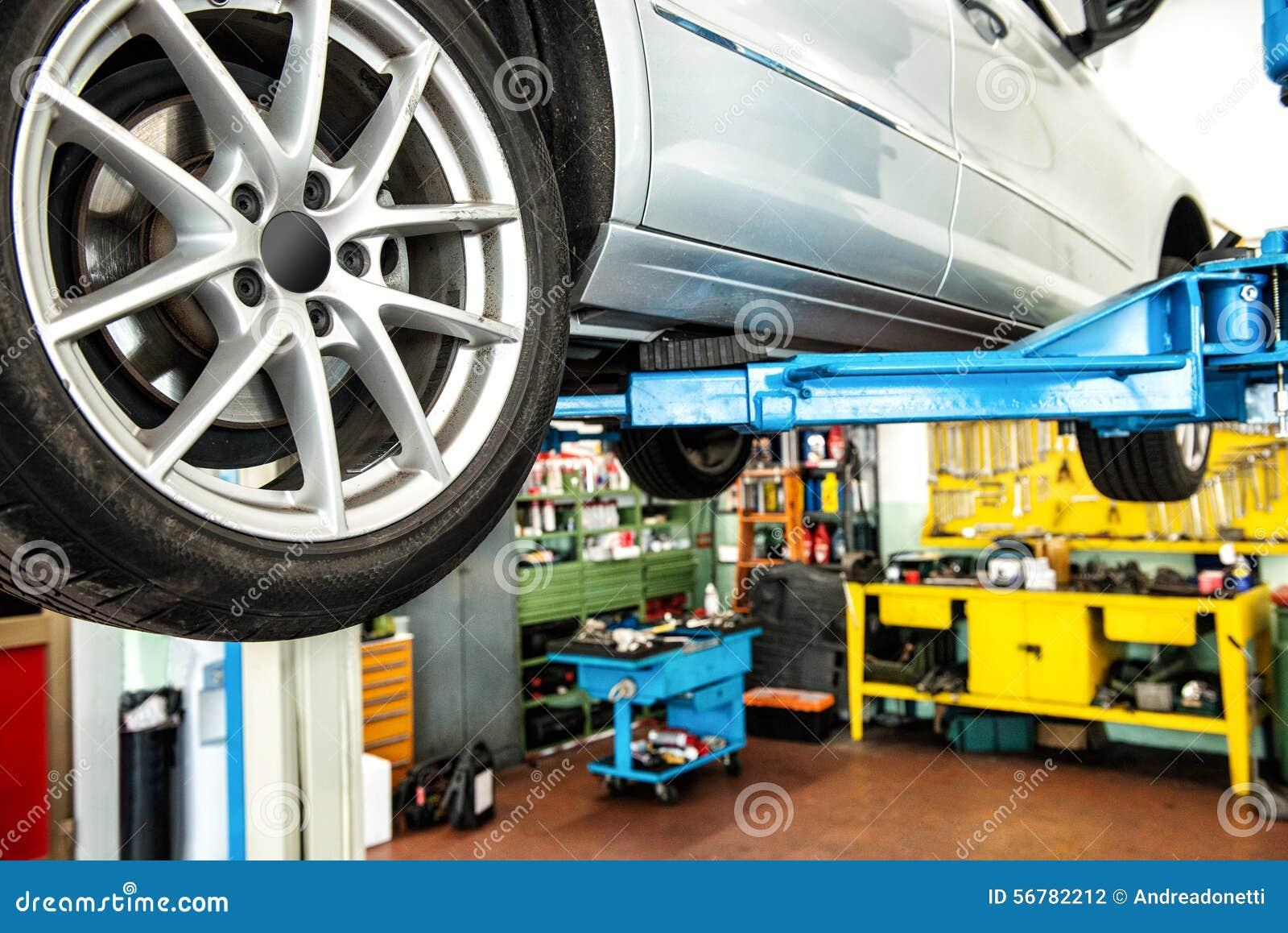 Auto op een lift of hijstoestel in een workshop
