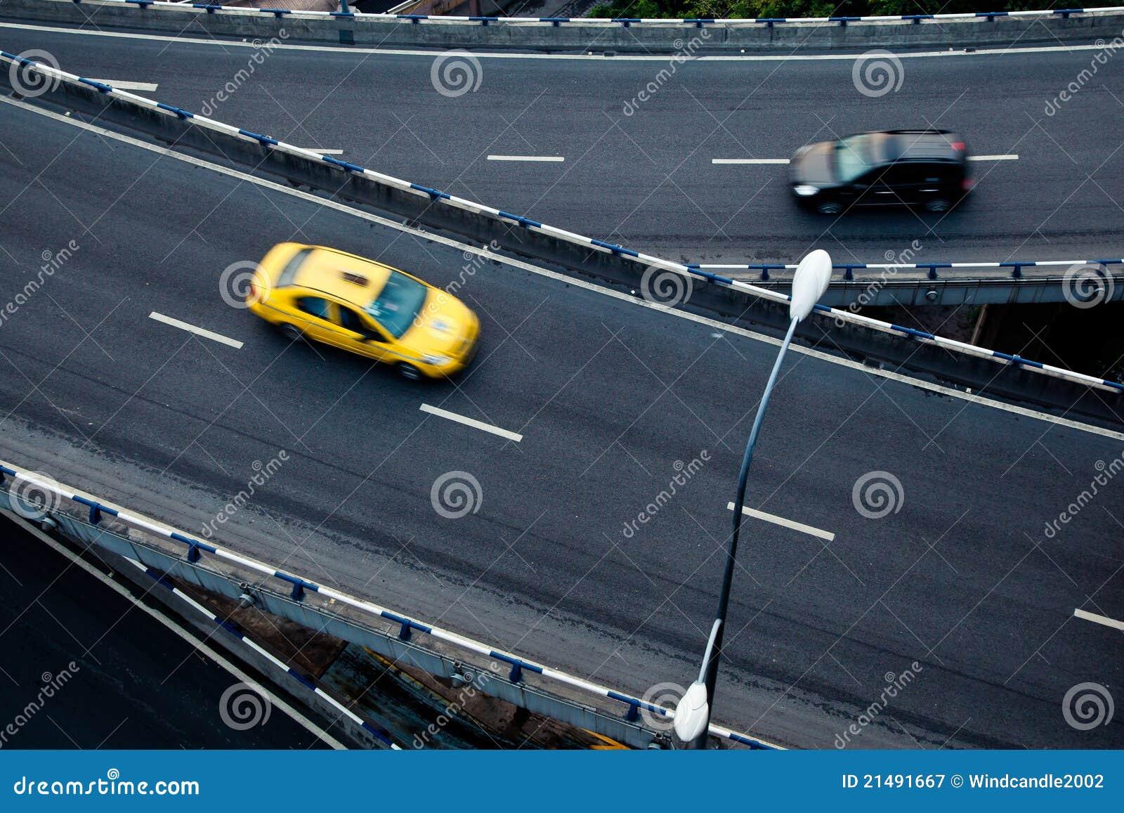Auto op het viaduct