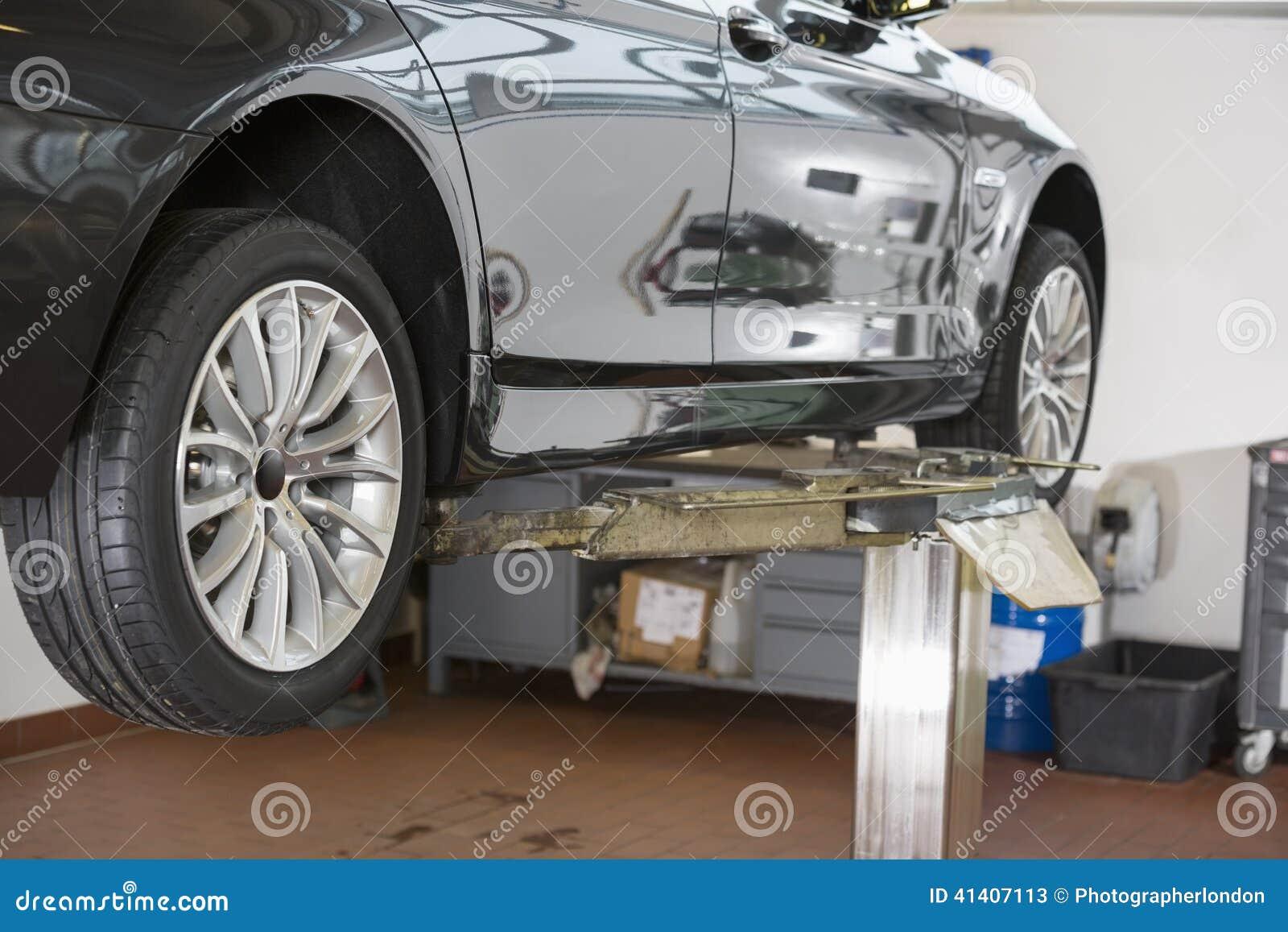 Auto op hijstoestel bij reparatiewerkplaats
