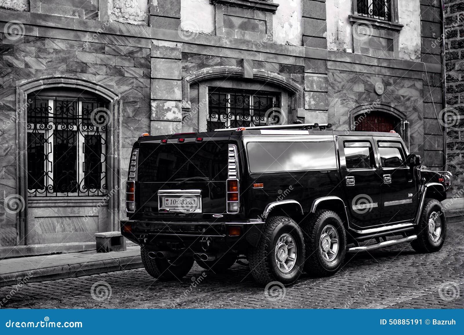 Auto op straten van de oude stad van Baku